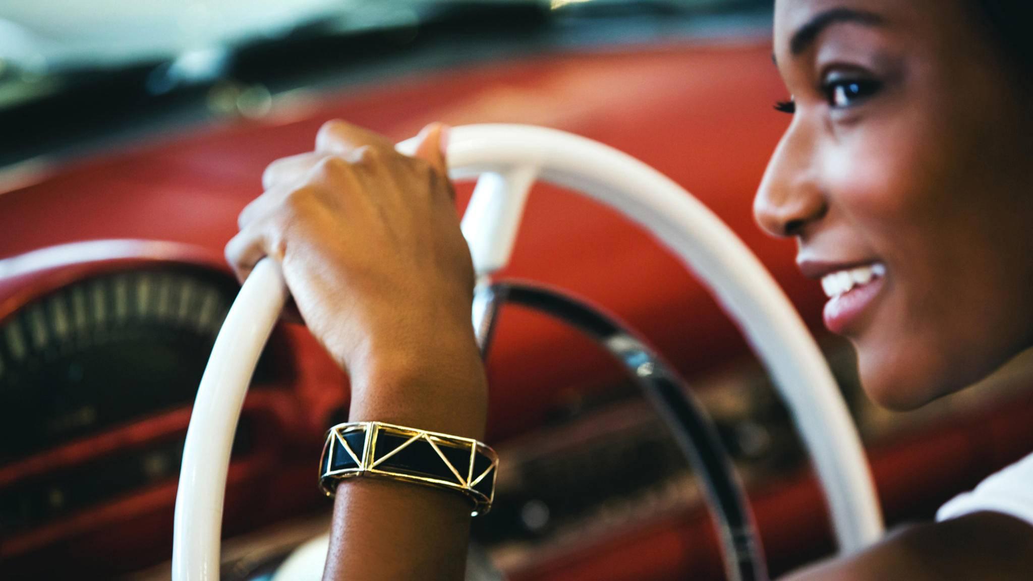 Der Bellafit-Armreifen verbirgt gekonnt den Fitness-Tracker am Handgelenk.