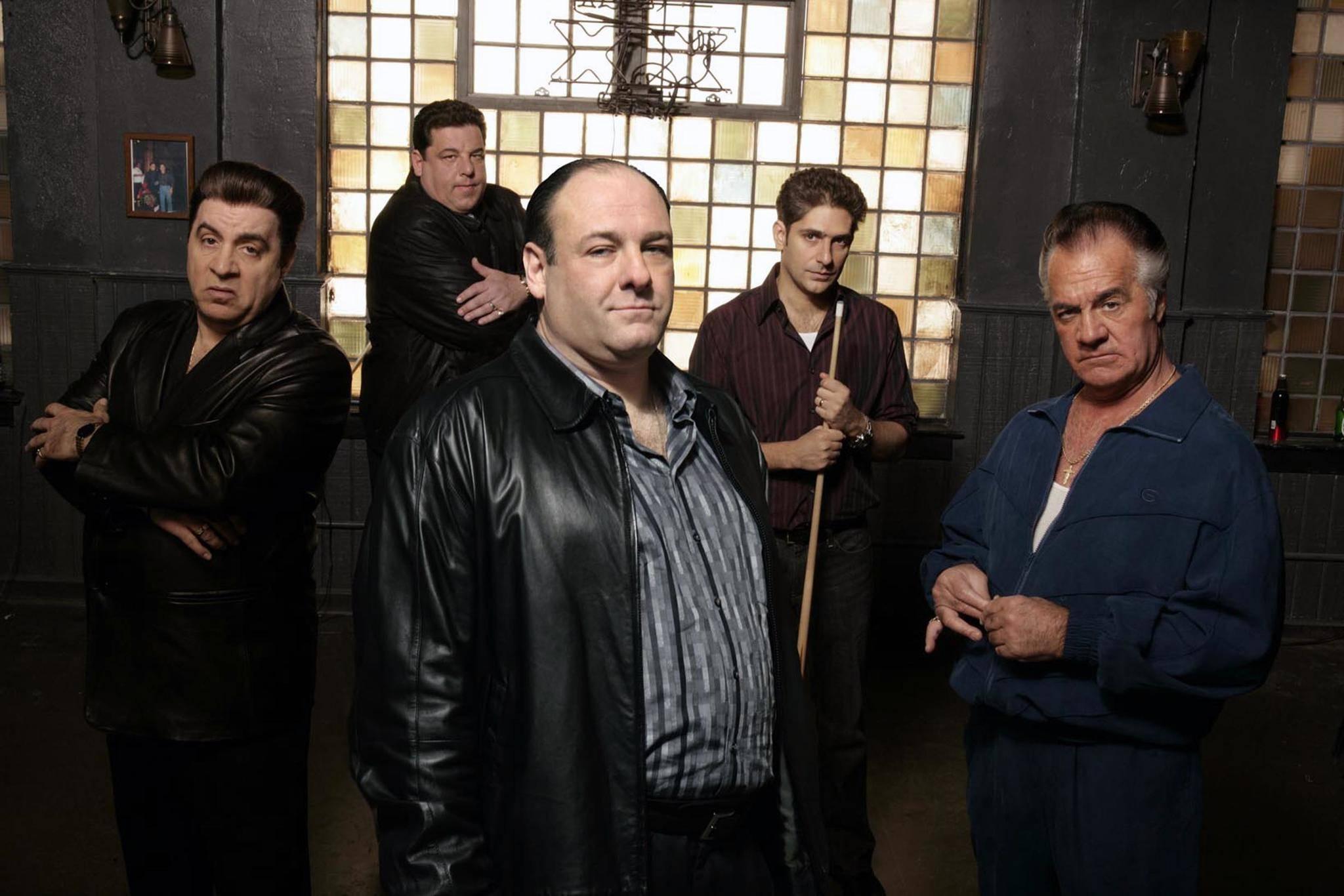 """Tony Soprano (James Gandolfini, M.) mauserte sich in """"Die Sopranos"""" vom Kleinkriminellen zum Mafia-Boss."""