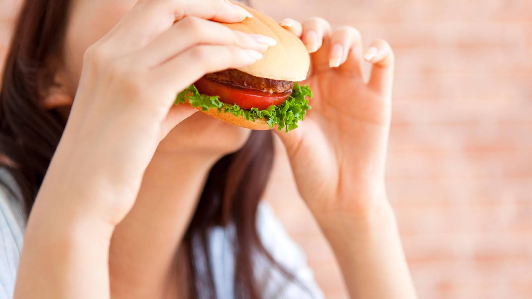 Ein neues Wearable soll künftig jeden Snack gnadenlos registrieren und so das Schummeln beim Kalorienzählen verhindern.