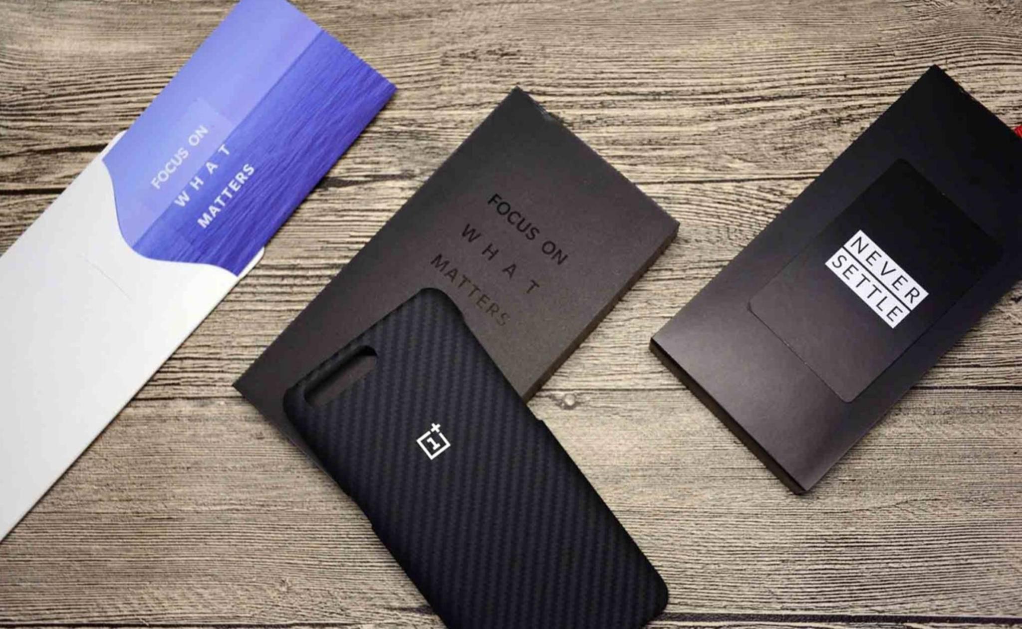 Die Einladungen zum OnePlus-Launch-Event enthalten ein Smartphone-Case mit Aussparung für die Dual-Kamera.