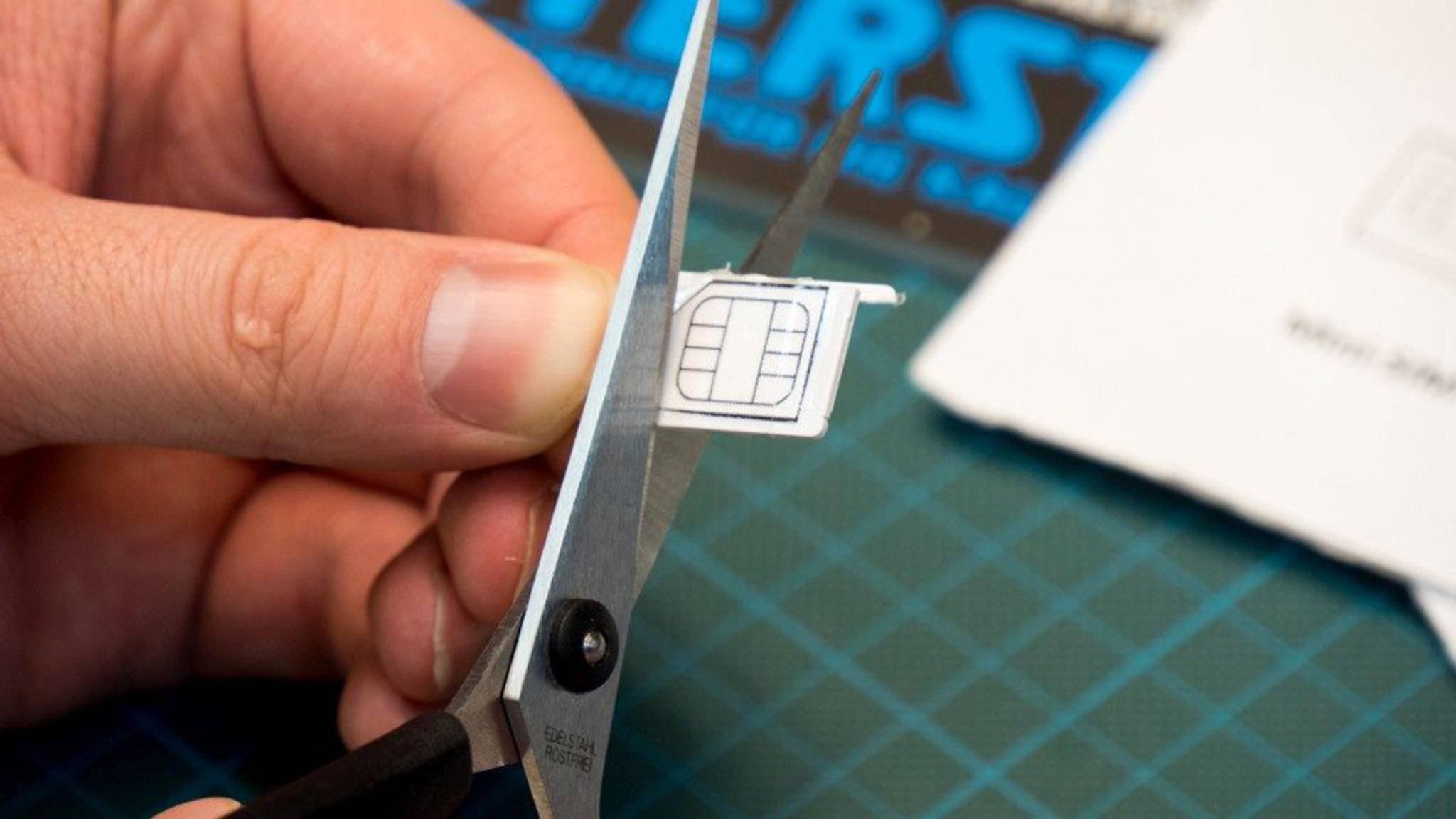 Zum Zuschneiden einer SIM-Karte braucht es nur wenige Utensilien.