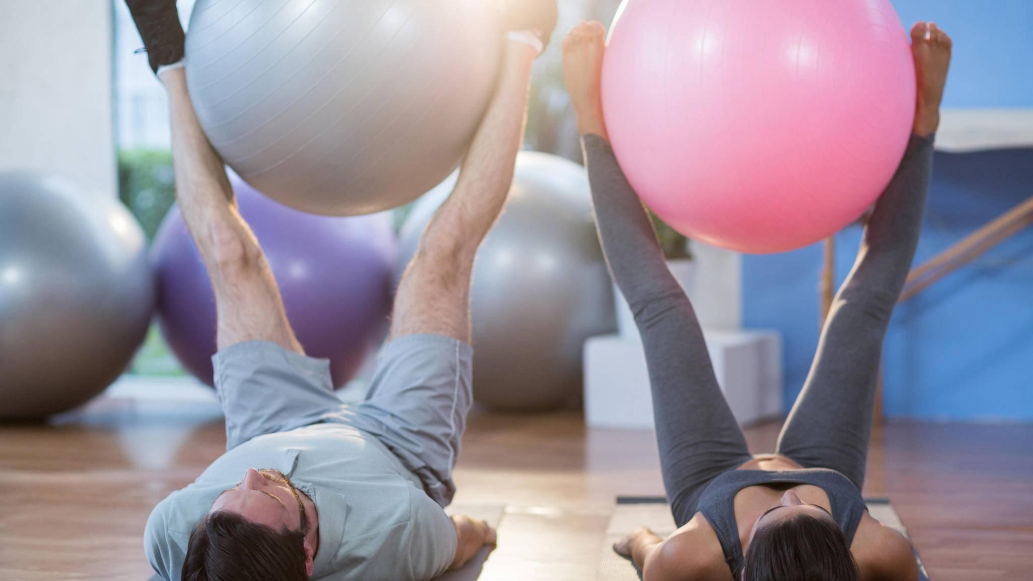 Der Gymnastikball ist ein nützliches Hilfsmittel für Dein Workout.