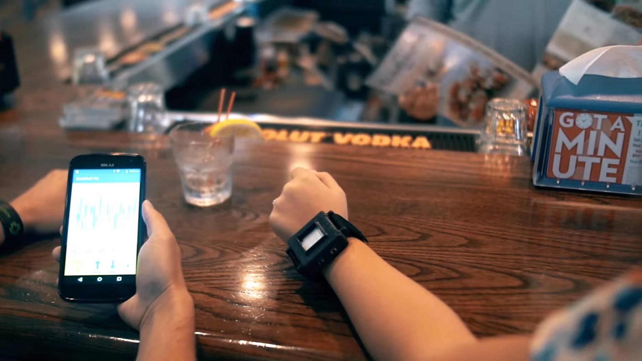 Der tragbare Sensor ist zwar noch etwas klobig am Handgelenk, kann jedoch innerhalb von Sekunden Alkoholwerte messen.