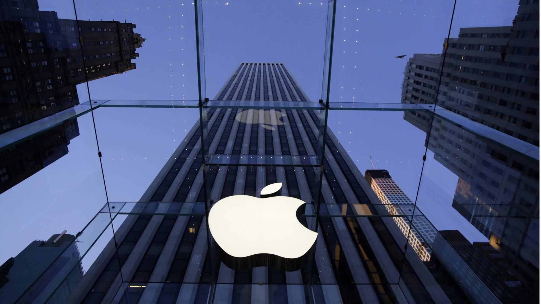Apple-Logo auf einem Hochhaus