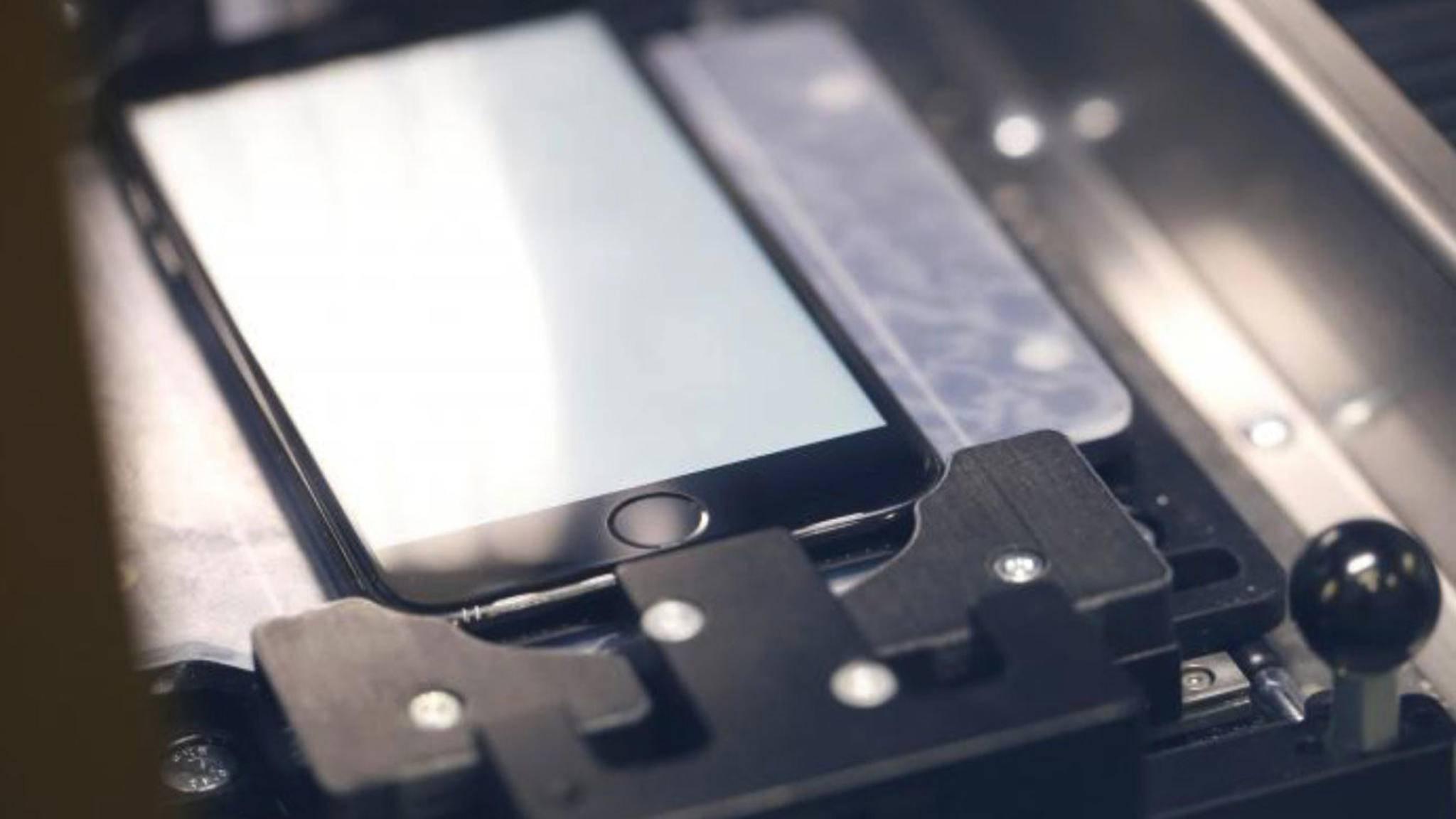 Apples Reparaturmaschine ersetzt nicht nur das Display eines iPhone, sondern kalibriert auch den Touch-ID-Sensor neu.