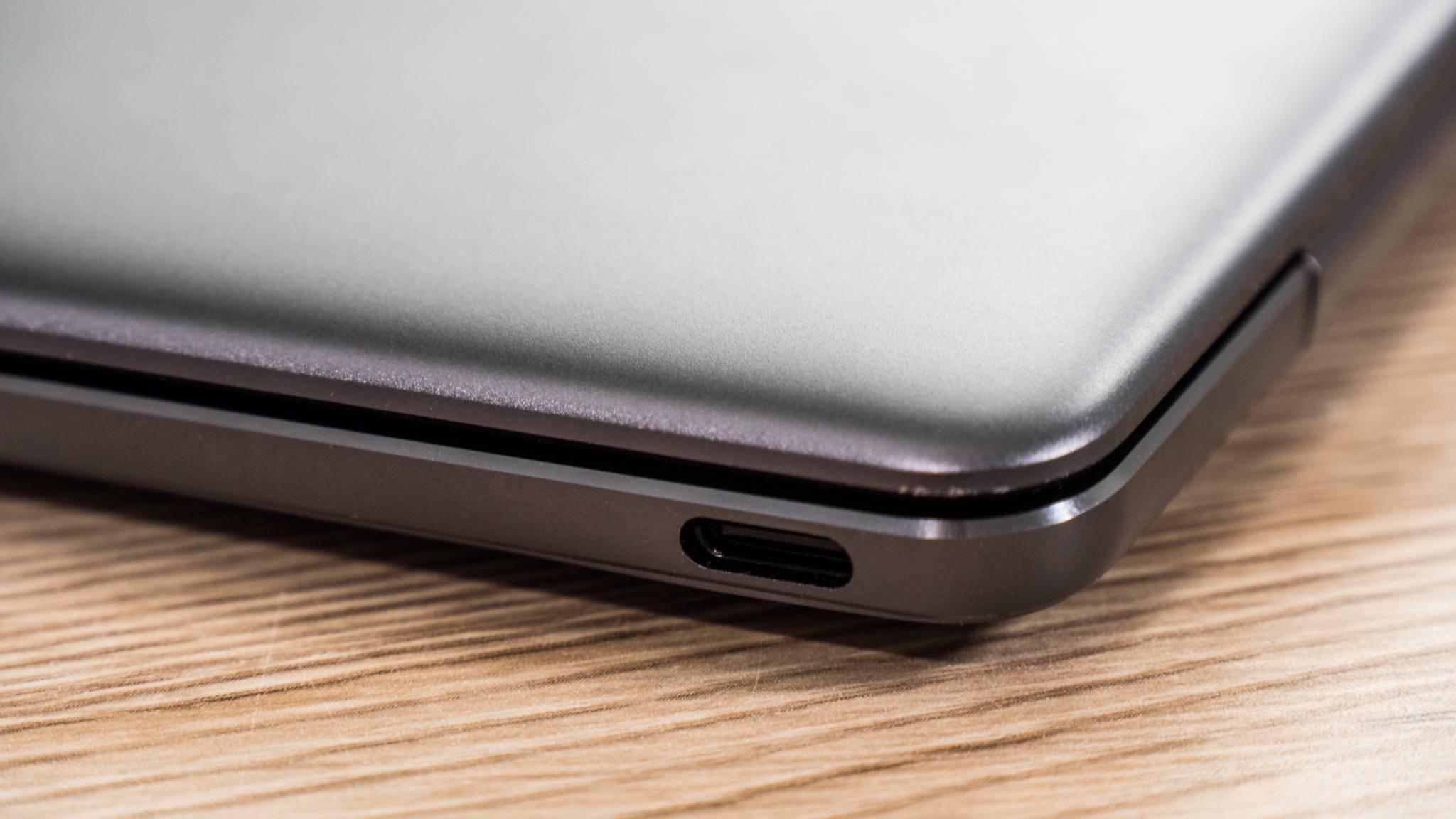 Das MateBook X hat einen sehr stabilen Deckel, aber insgesamt liegt das MacBook (2017) bei der Verarbeitung vorne.
