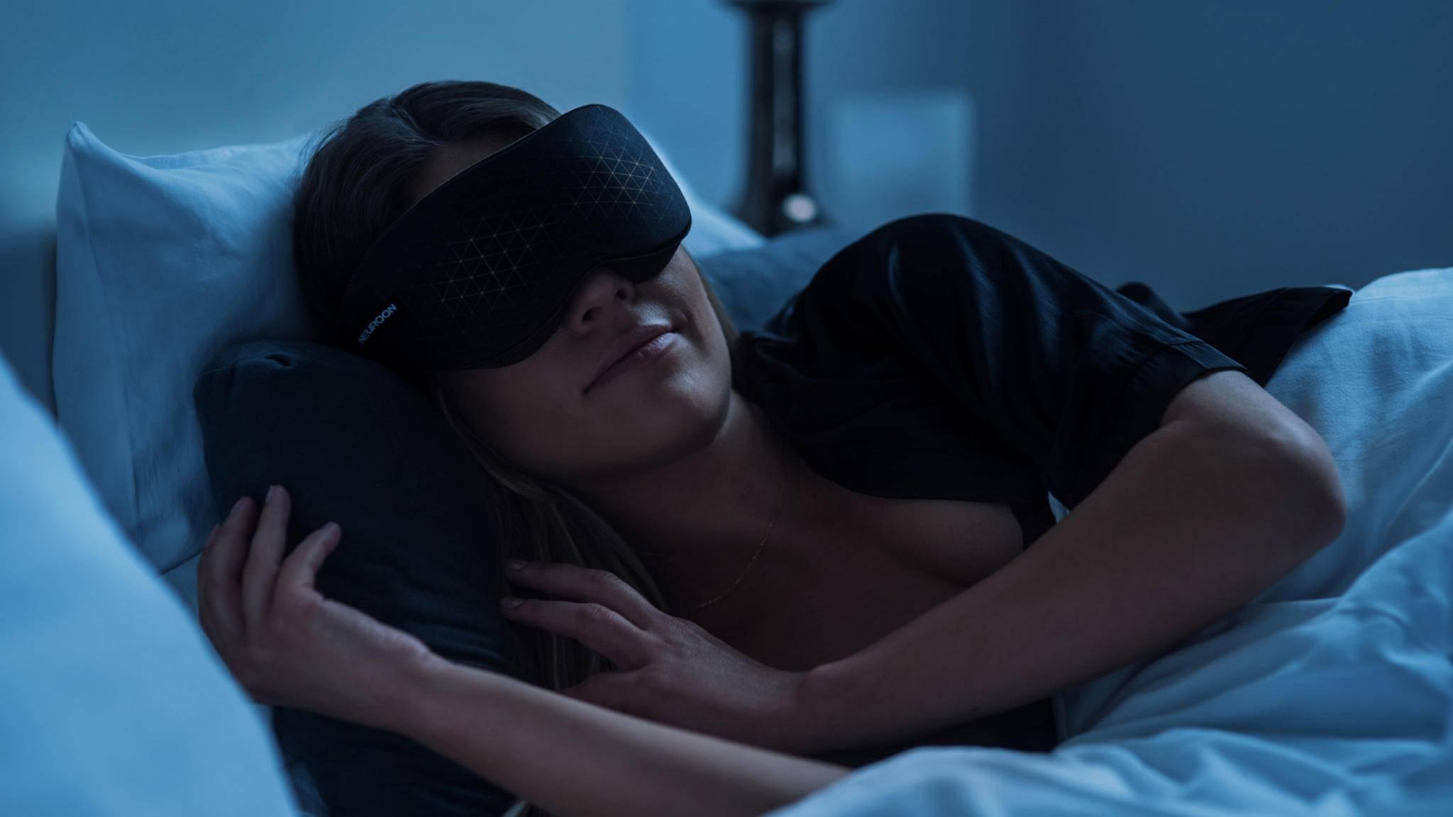 Die smarte Schlafmaske Neuroon Open soll für einen tieferen Schlaf und ein sanfteres Erwachen sorgen – und sie kann noch mehr!