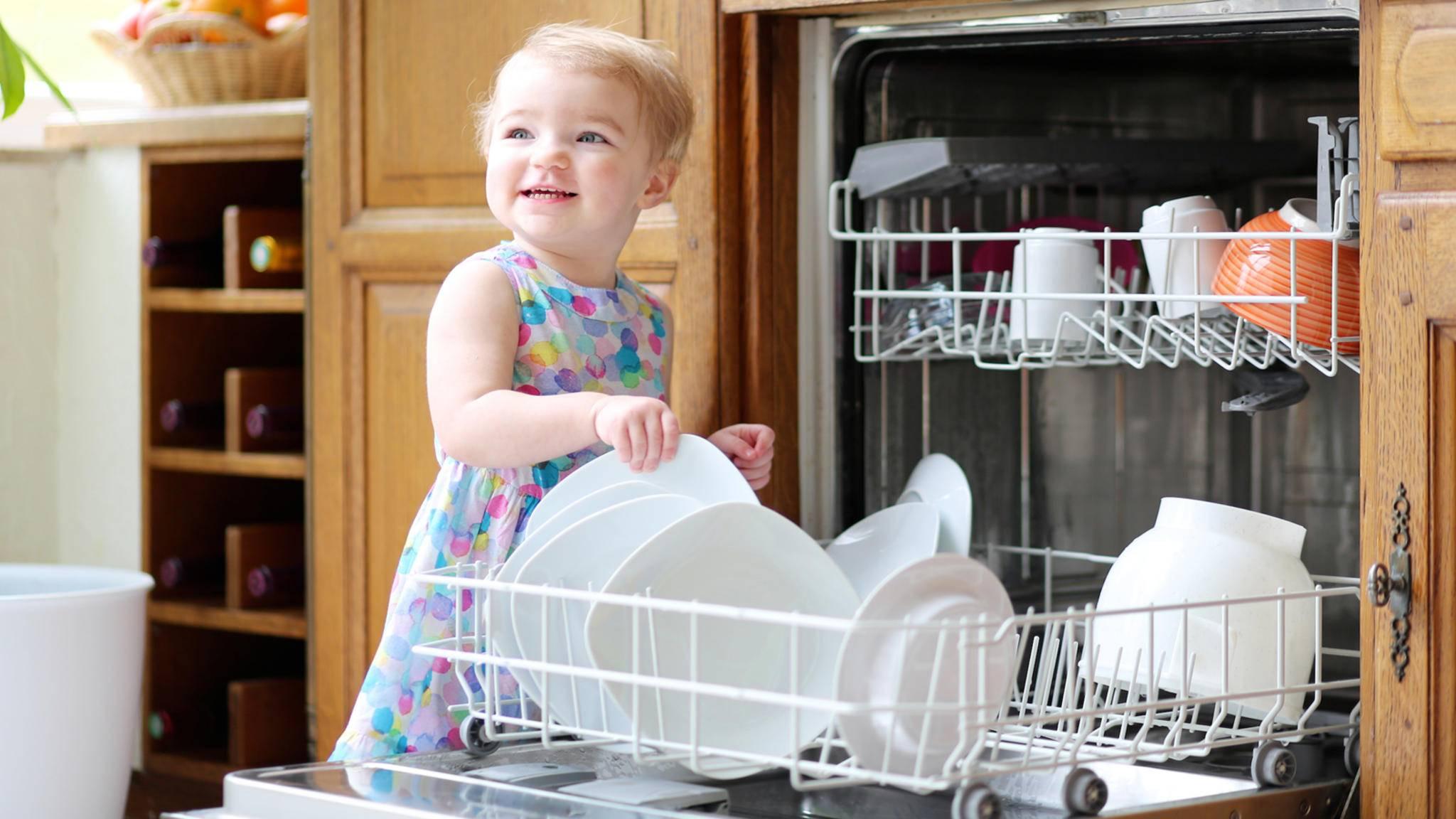 Selbst die Spülmaschine anschließen? Das ist zum Glück beinahe genauso kinderleicht, wie das spätere Einräumen.