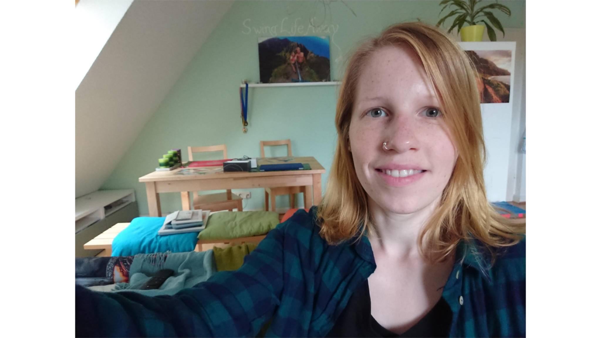 Die 13-MP-Frontcam ist beim Chrome-Modell quasi überflüssig, da man die Spiegel-Rückseite als Selfie-Vorschau nutzen kann.