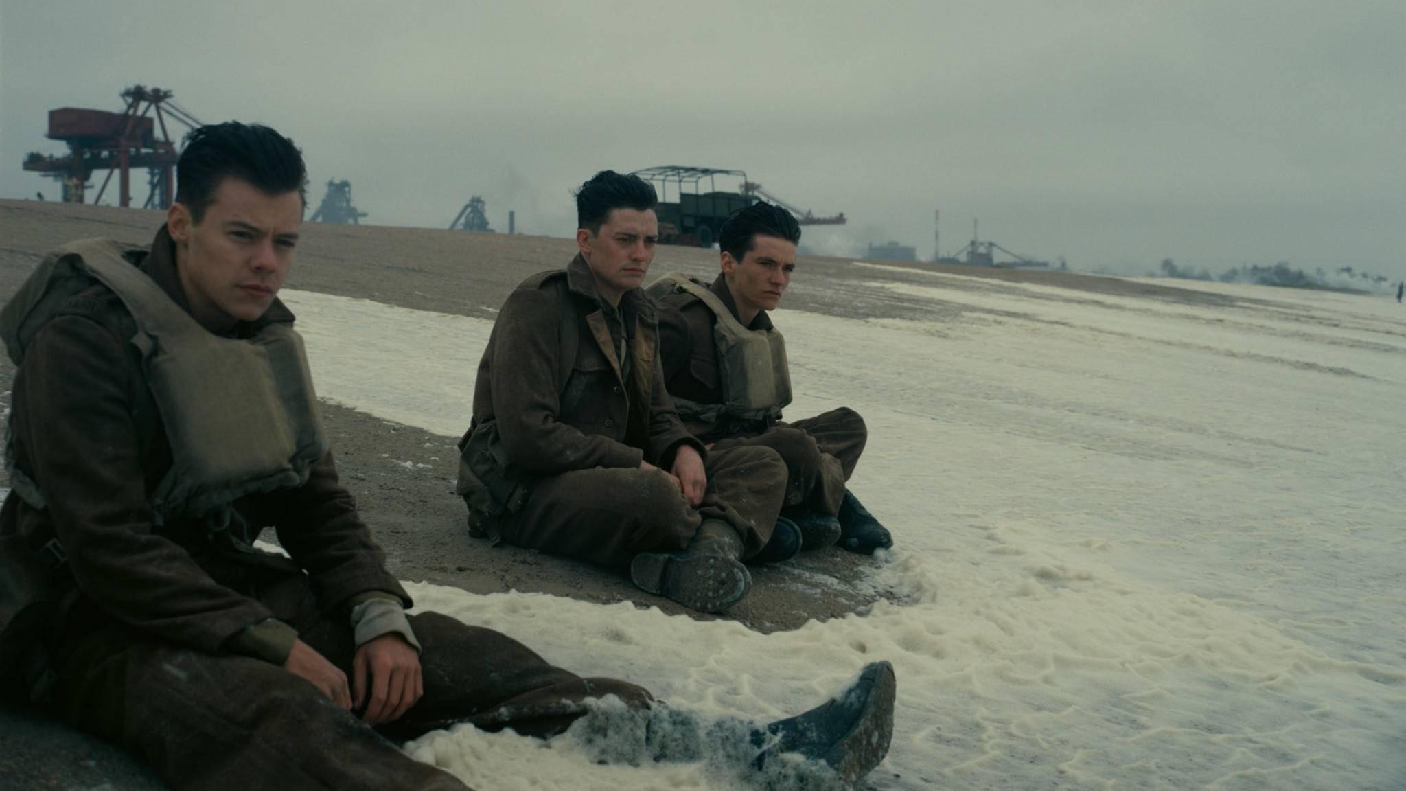 """Vom Popstar zum Filmsoldat: Harry Styles (l.) spielt in """"Dunkirk"""" seine erste Filmrolle."""