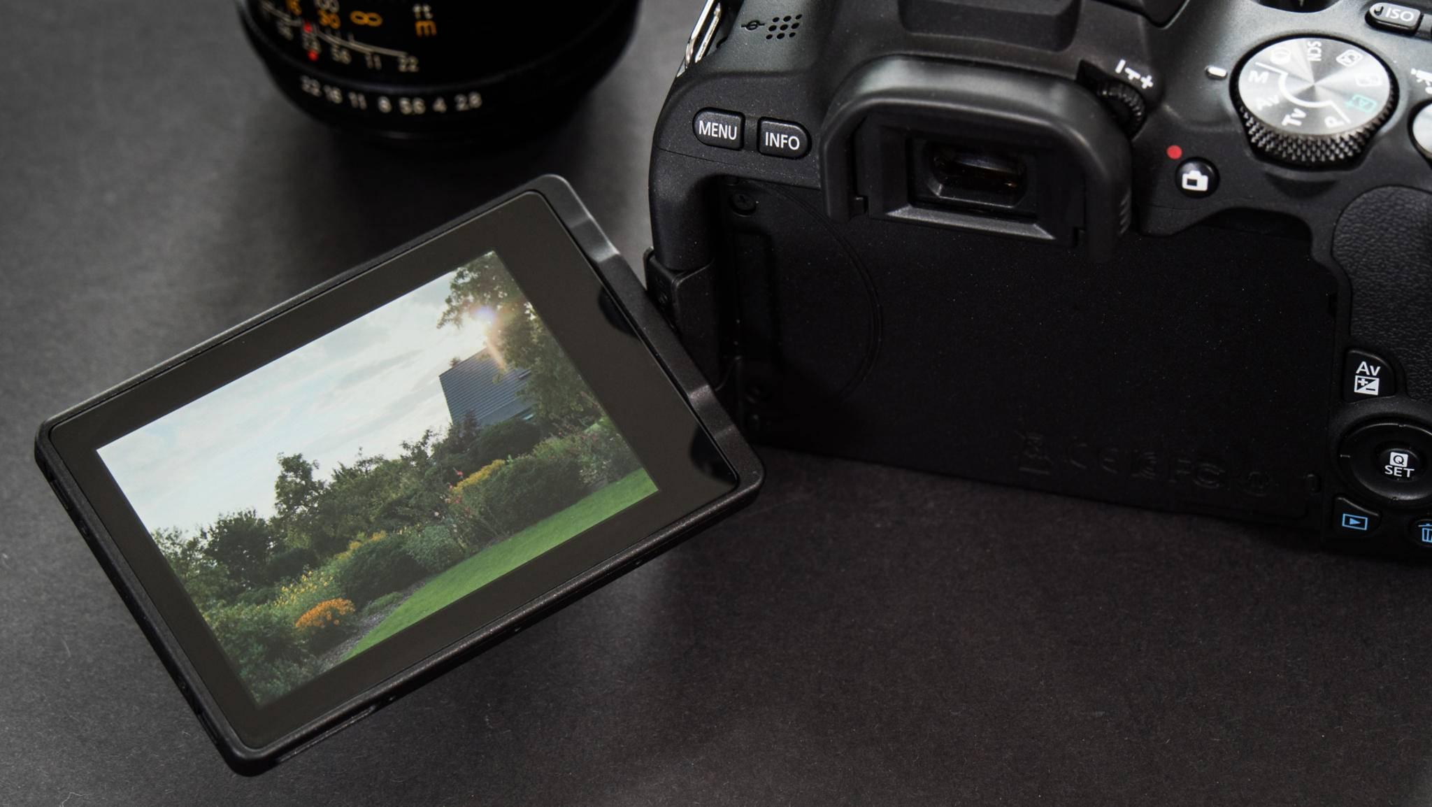 Neu ist der dreh- und schwenkbare Touchscreen.