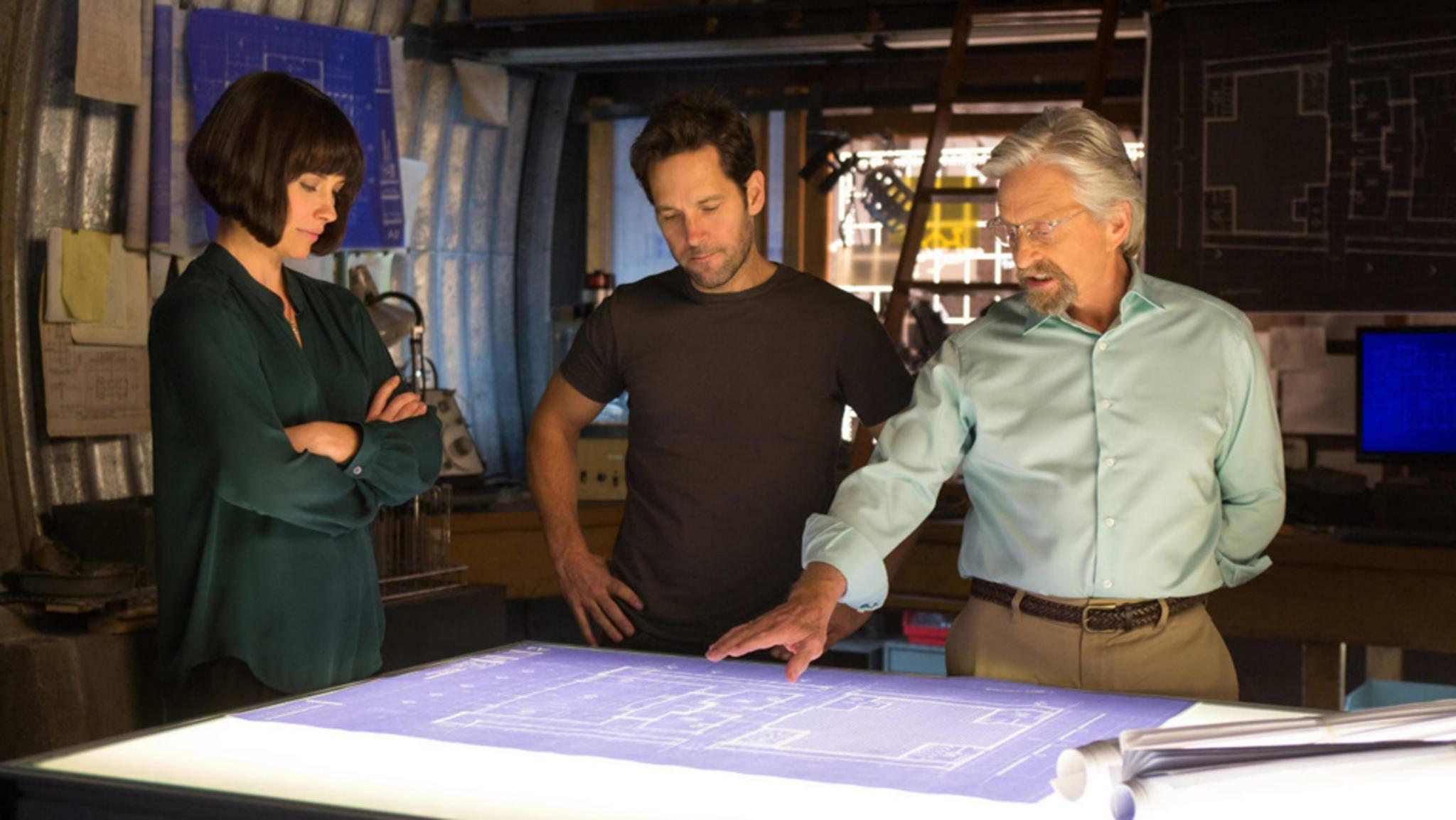 Die zukünftige Wasp, Hope (links), schmiedet zusammen mit Ant-Man alias Scott (Mitte) und ihrem Vater Hank Pym (rechts) Pläne.
