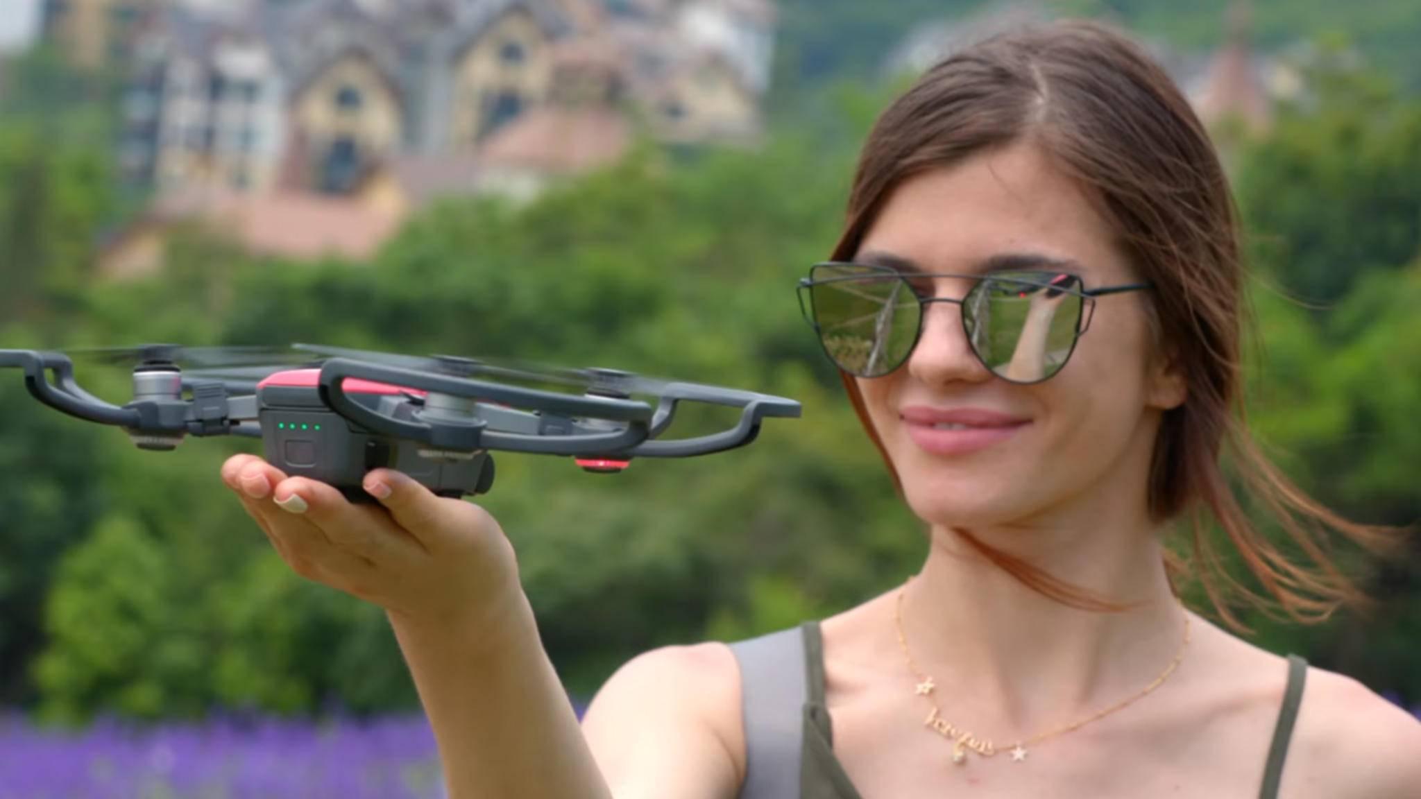 Nachdem die Drohne Dein Gesicht erkennt hat, hebt sie automatisch ab.