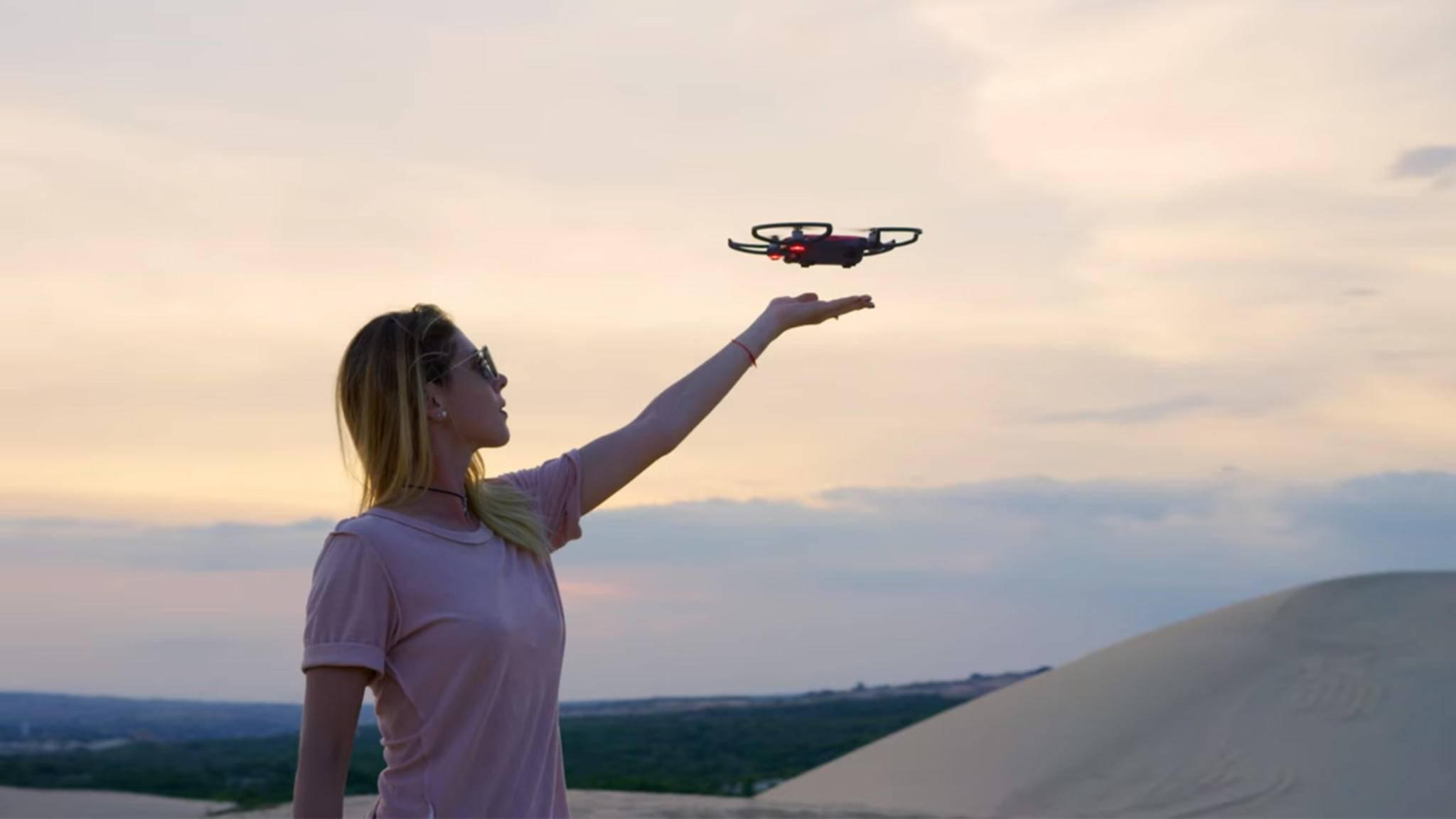 Drohnen müssen nicht riesig sein: Kleine Modelle wie die DJI Spark (Foto) machen auch schöne Bilder und Videos.