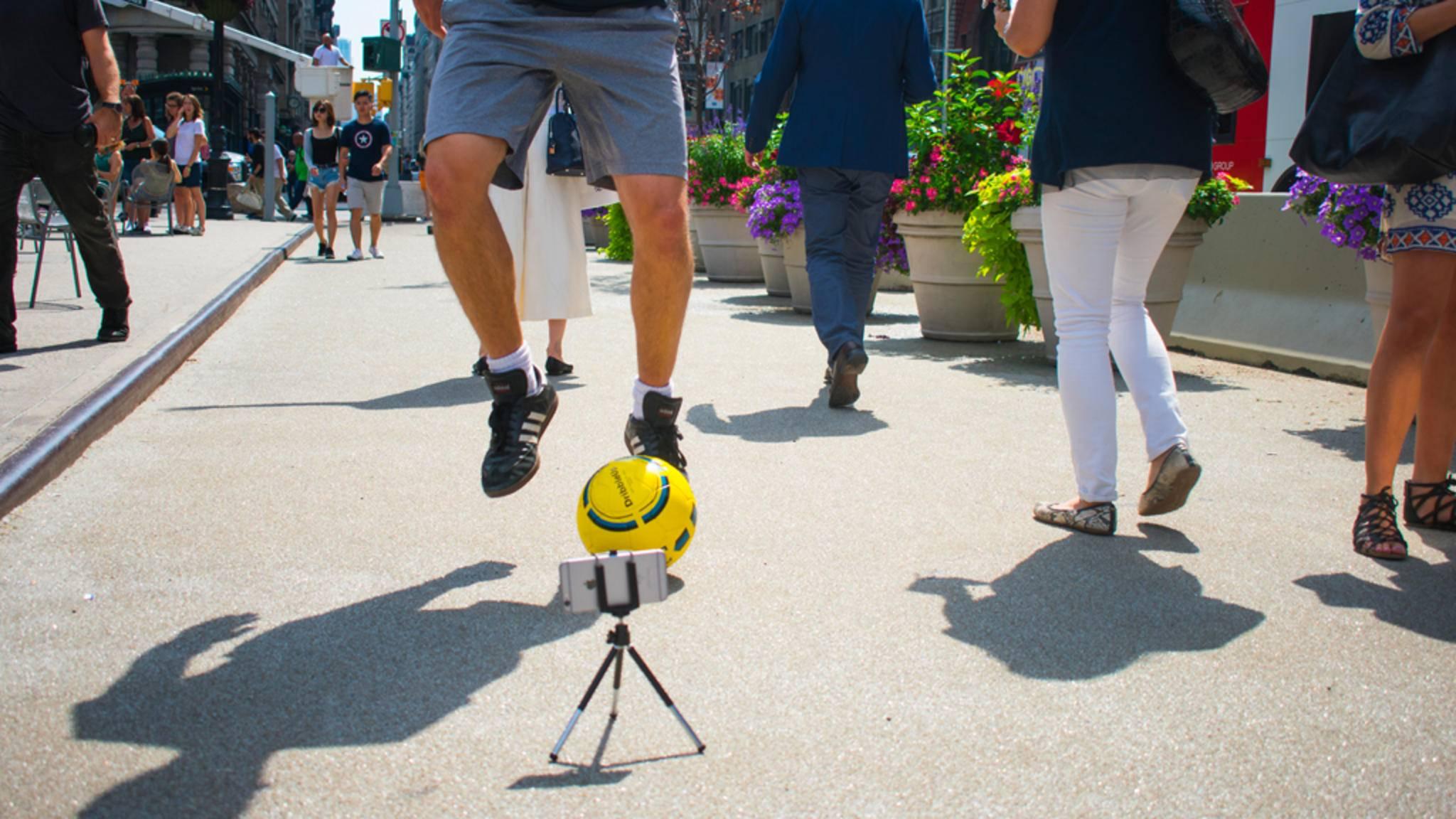 Per Smartphone beäugt der virtuelle Trainer kritisch jede Bewegung des Spielers.