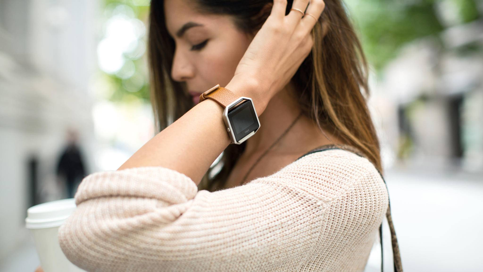 WhatsApp-Benachrichtigungen lassen sich auch auf der Fitbit Blaze anzeigen und lesen.