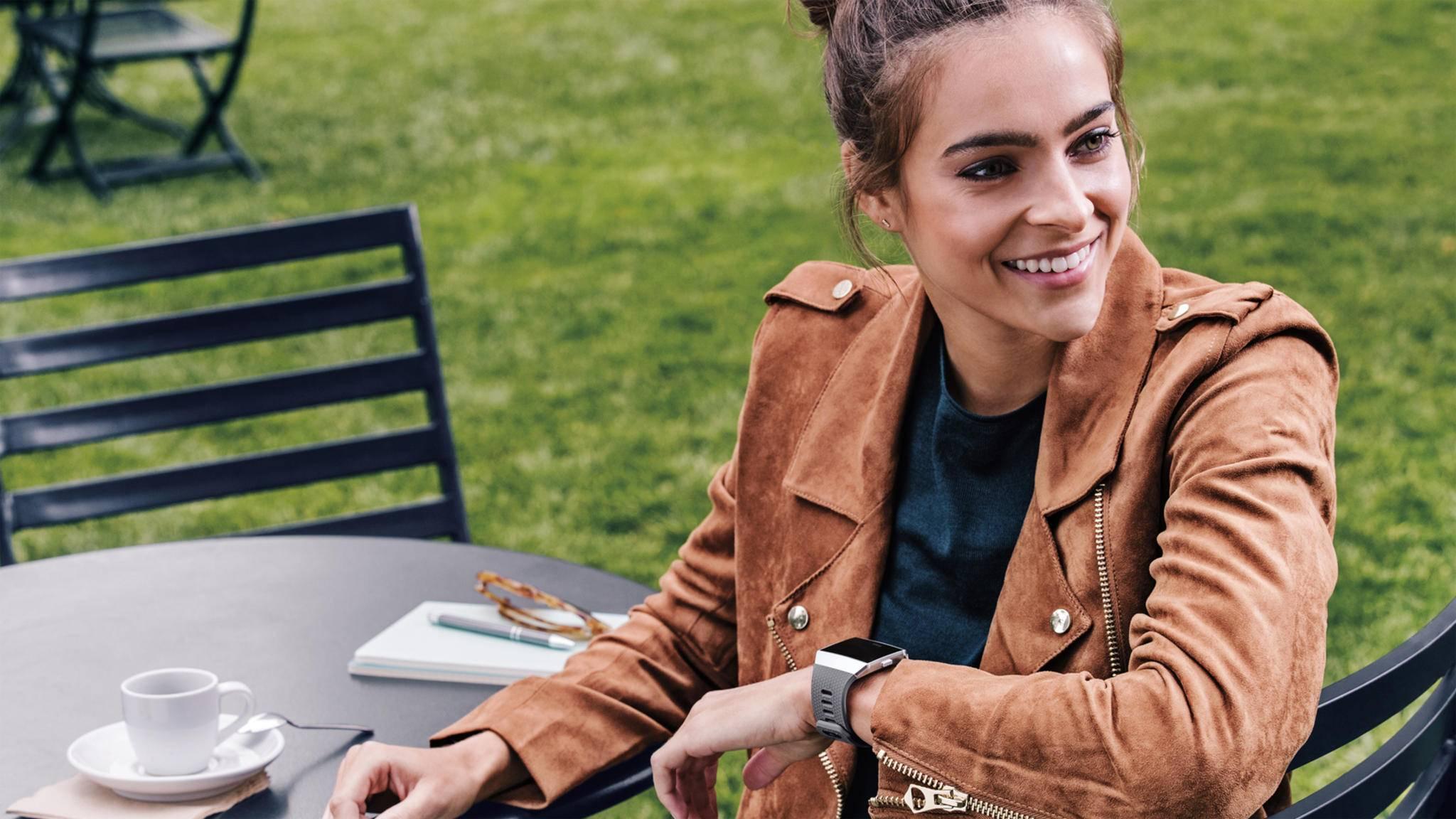 Die Fitbit Ionic ist deutlich günstiger als die Apple Watch Series 2.