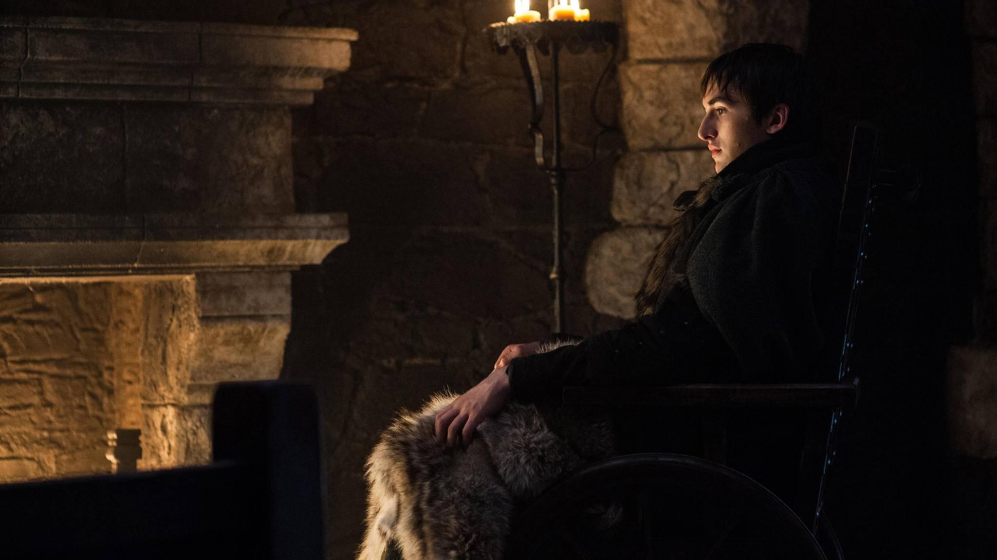Die letzten beiden Bilder, die HBO zur finalen Episode von Staffel 7 veröffentlicht hat, führen die Fans zurück nach Winterfell. Während auf dem einen Bran im Rollstuhl sitzend vor dem Kamin gezeigt wird ...