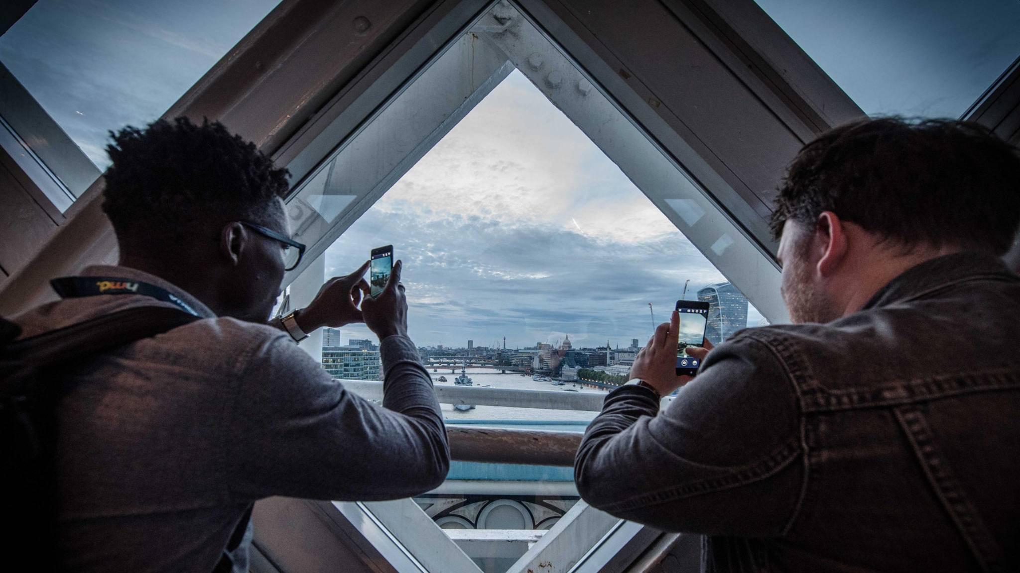 Voller Durchblick mit dem Nokia 8: Das Smartphone kann sogar gleichzeitig Front- und Hauptkamera nutzen.