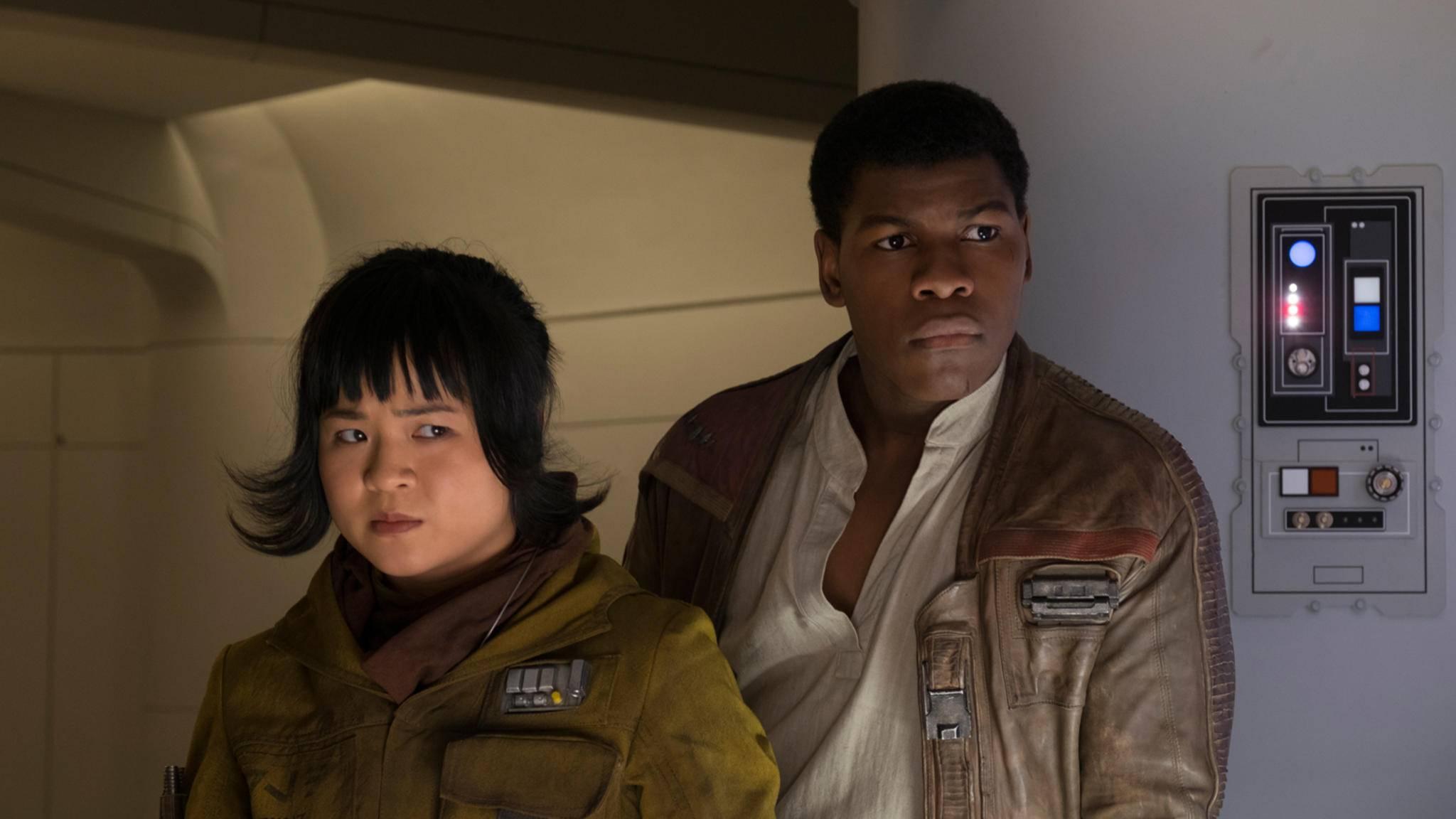 """Finn (rechts) und der Rest der """"Star Wars""""-Crew bekommt royale Gesellschaft."""