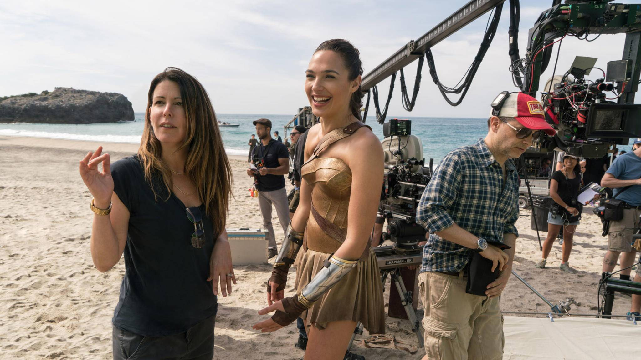 "Regisseurin Patty Jenkins (links) am Set von ""Wonder Woman""."