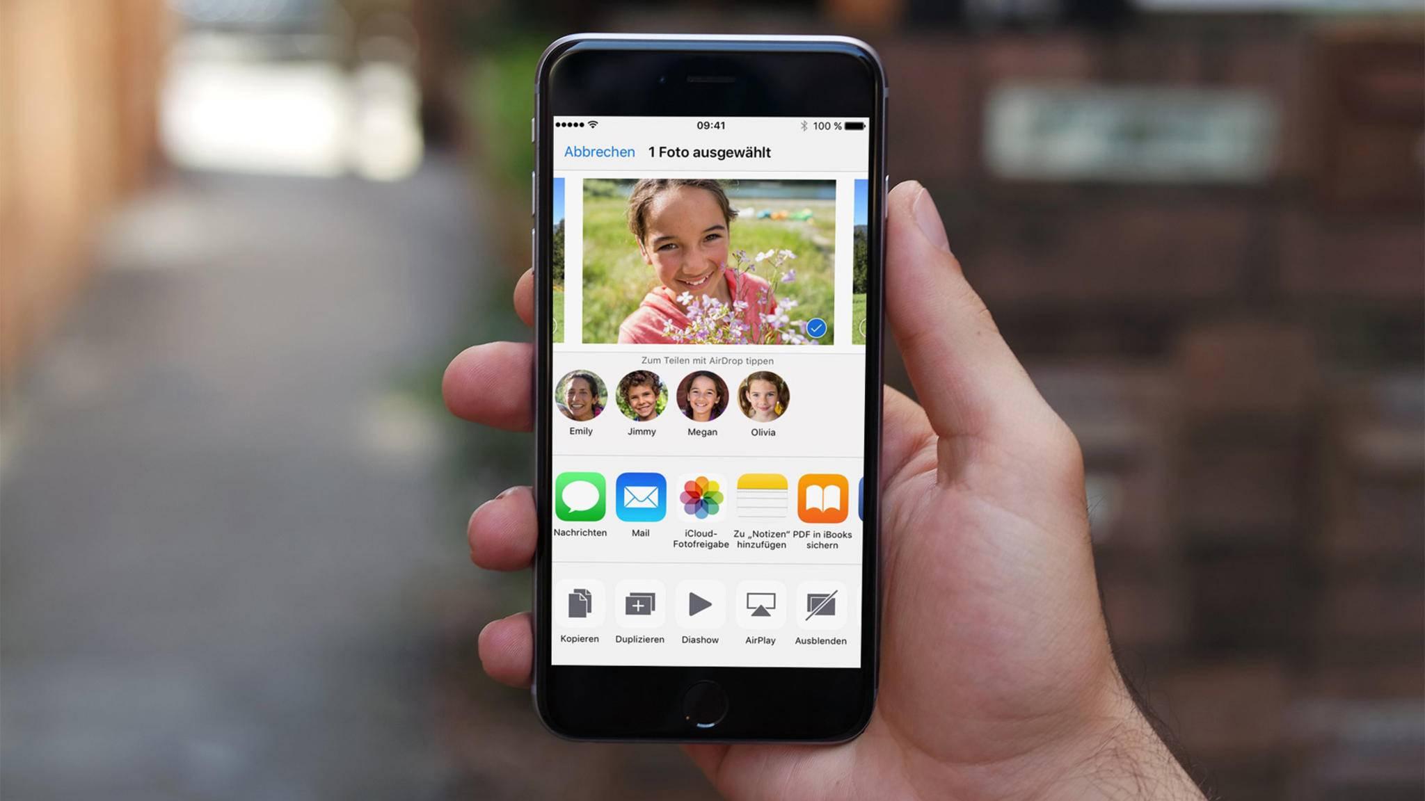 Mit AirDrop kannst Du Fotos bequem vom iPhone auf den Mac verschieben.