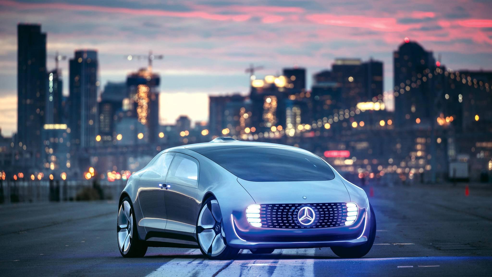 """Spacig: Durch die LED-Beleuchtung sieht der Zukunfs-Benz mehr nach Raumschiff als nach Auto aus. """"Blade Runner"""" lässt grüßen."""