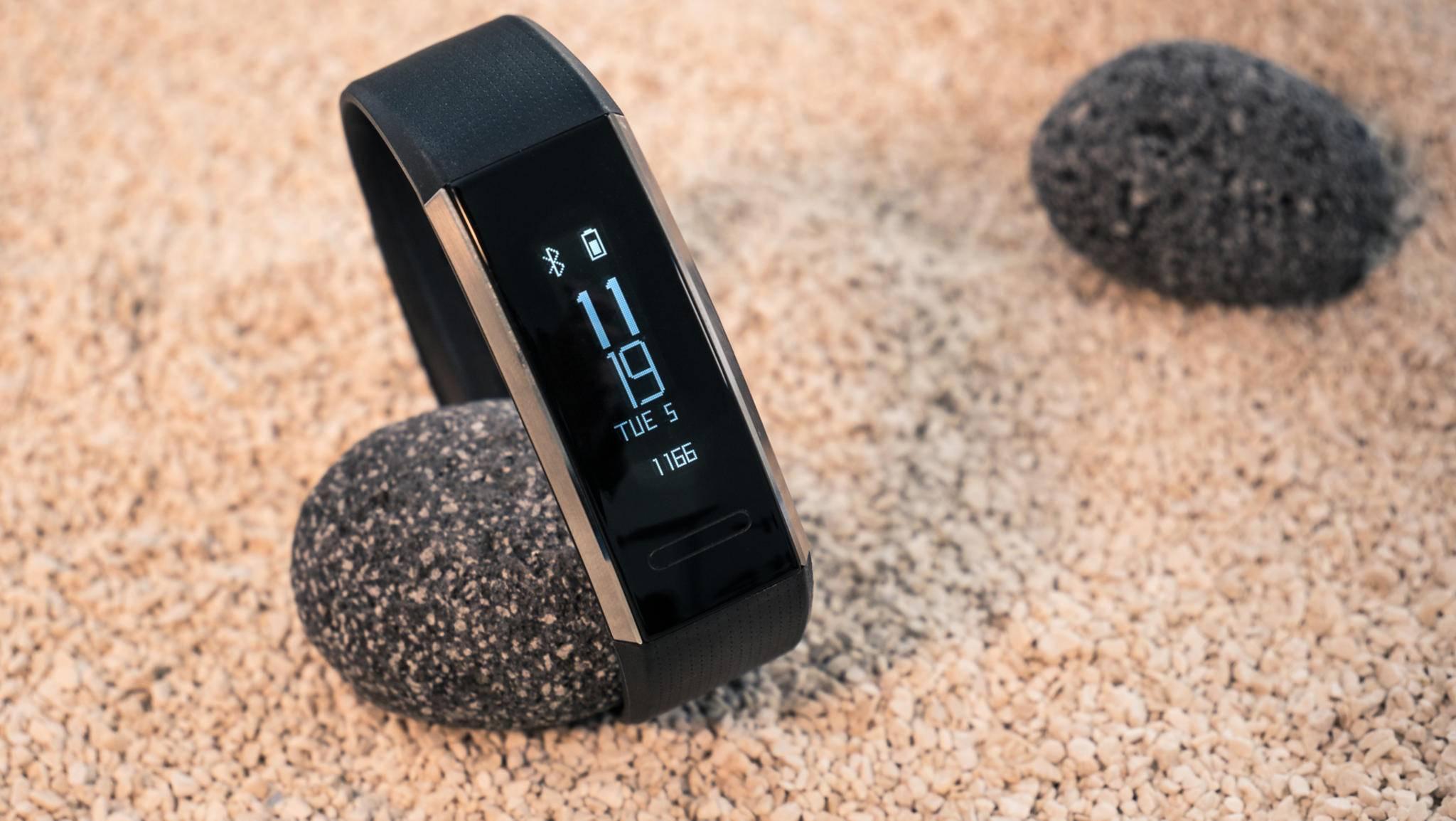 Beim Neigen des Handgelenks erscheint auf dem PMOLED-Display die Uhrzeit, das Datum, die Akkuanzeige sowie die gelaufenen Schritte.
