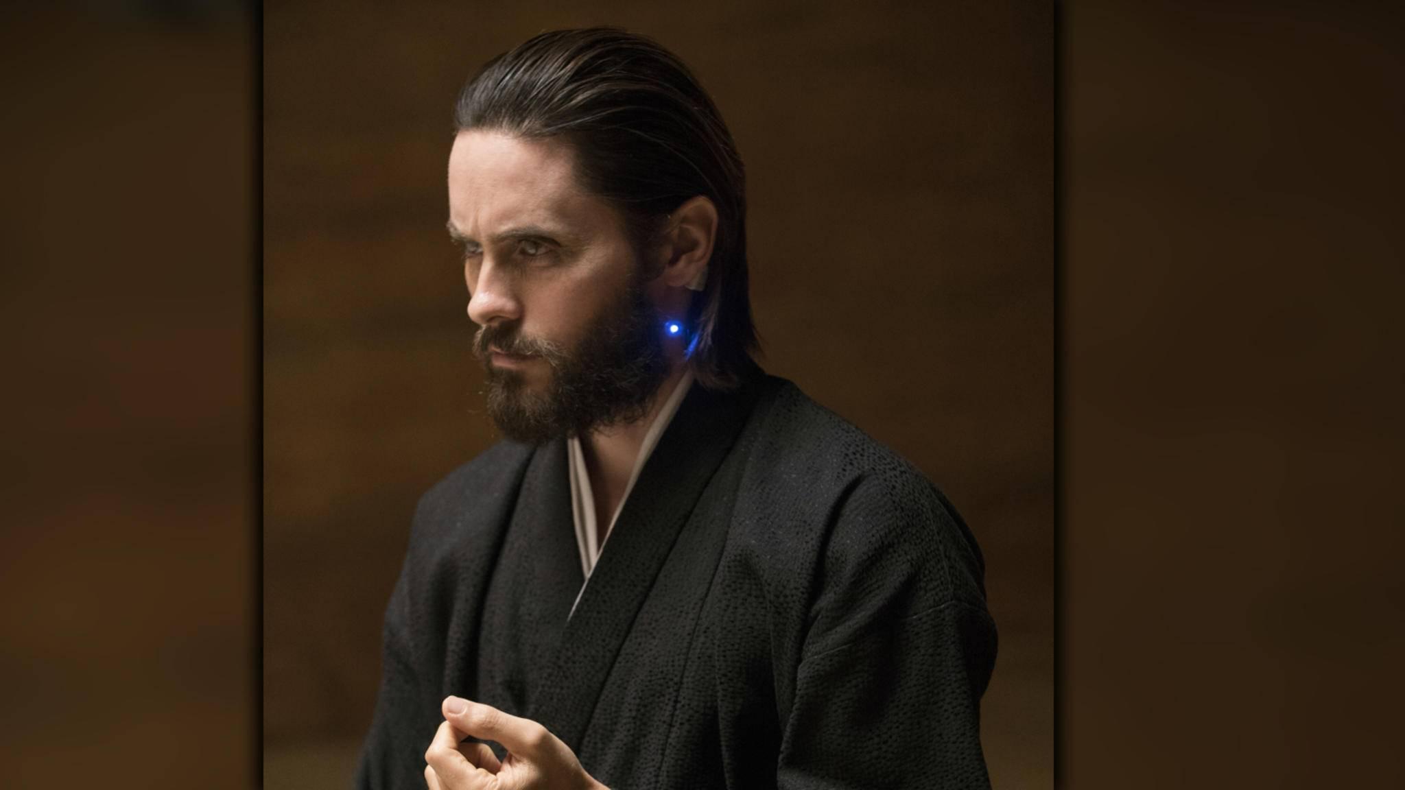 Wie Jared Leto mit Schlafanzug und Samtsacko aussieht, werden wir bald im Biopic über Hugh Hefner zu sehen bekommen.