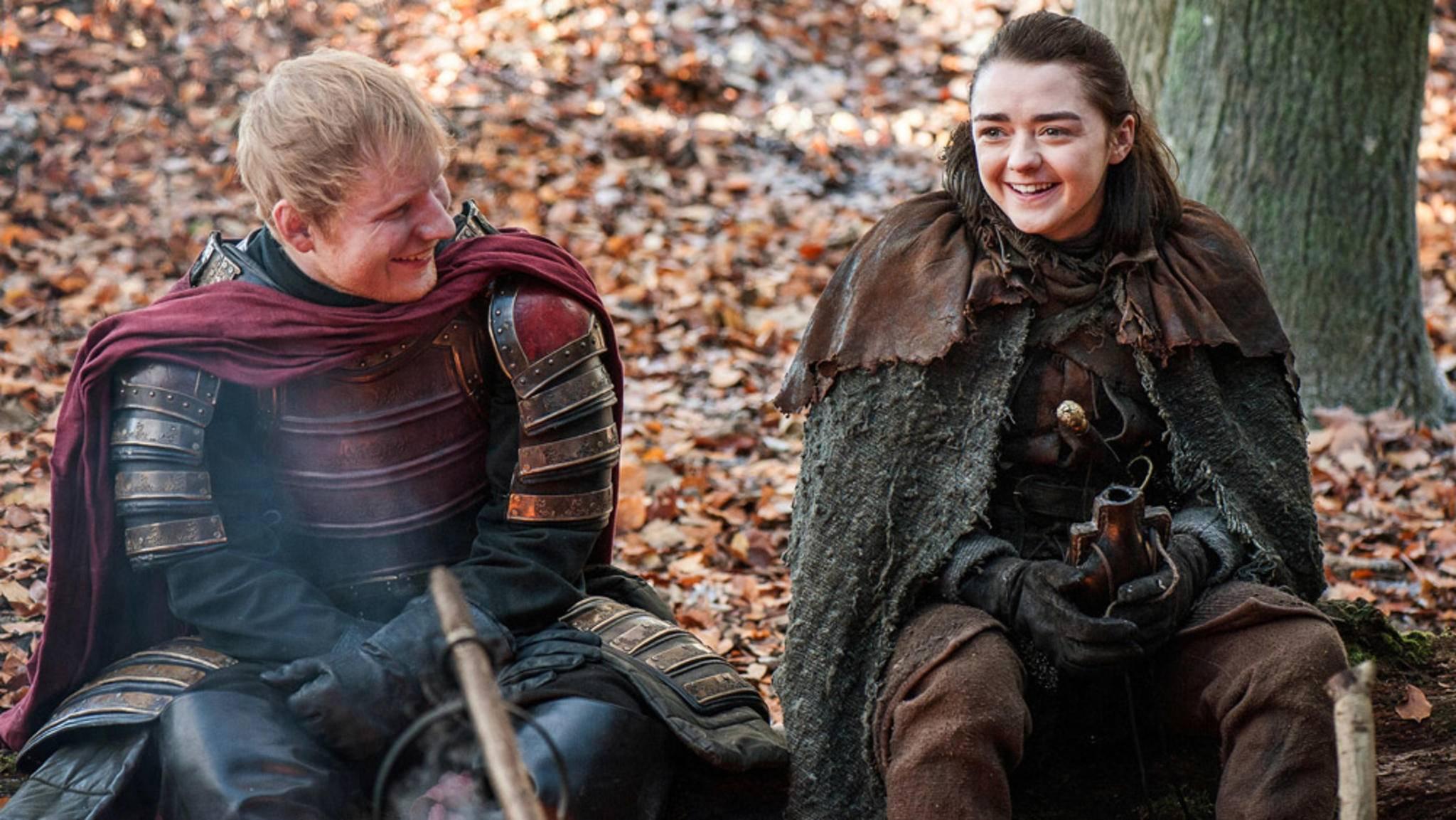 Na, hättest Du ihn erkannt? Hier freut sich Ed Sheeran gerade über seinen Cameo-Auftritt an der Seite von Arya-Stark-Darstellerin Maisie Williams.
