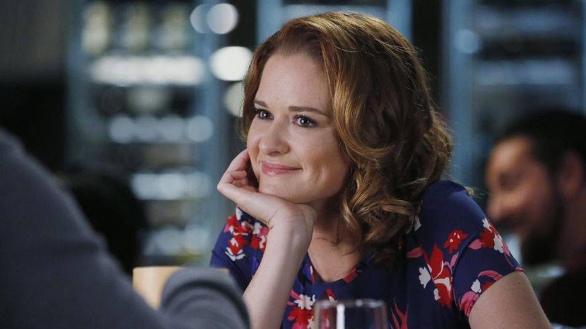 """Offenbar haben April (Sarah Drew) und ihre Kollegen in Staffel 14 von """"Grey's Anatomy"""" mehr zu lachen."""