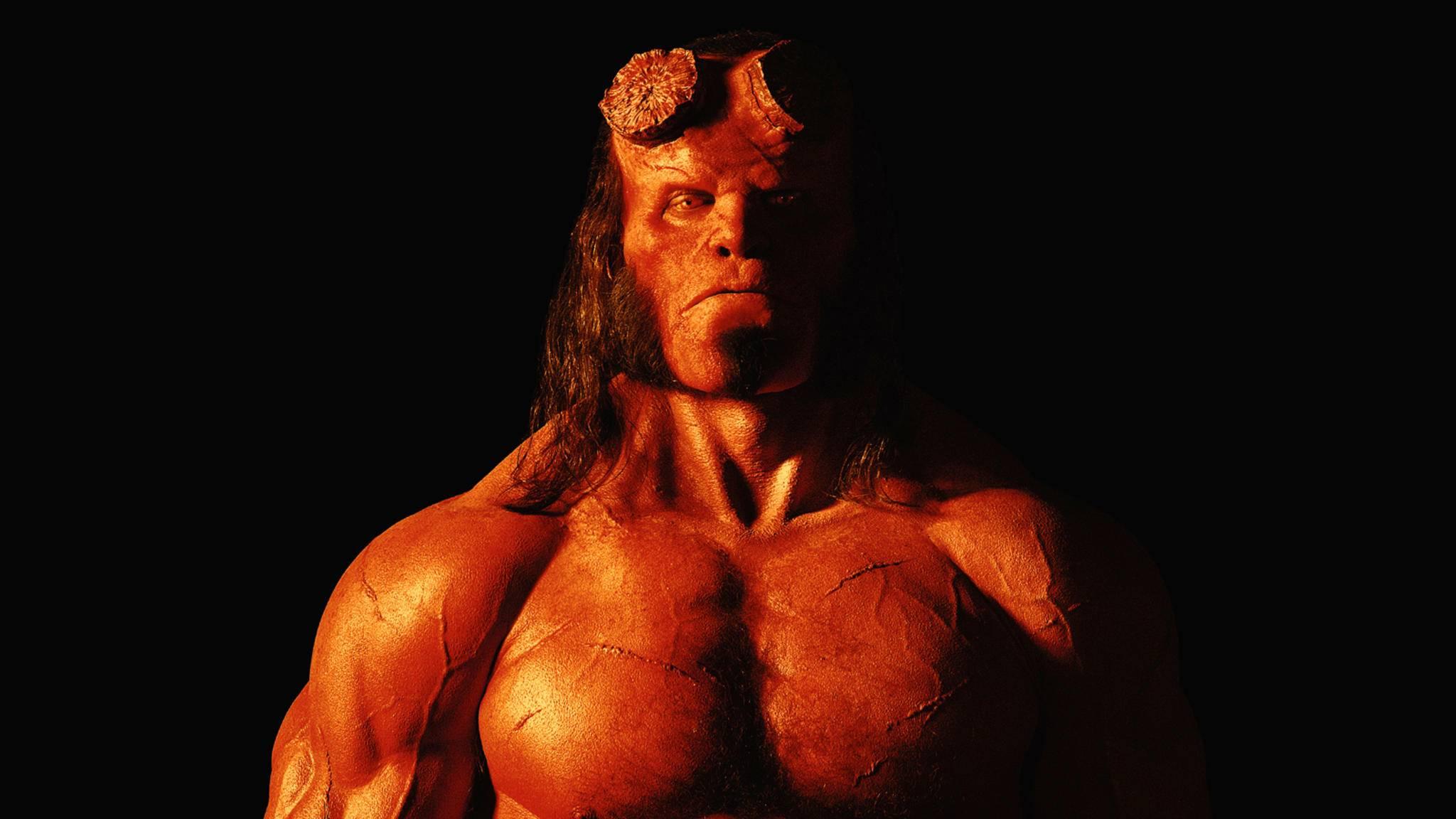 Hellboy darf sich für das Reboot über einen (teilweise) neuen Look freuen.