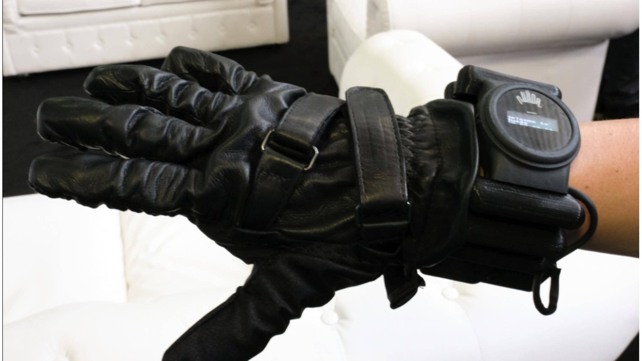 Der Nuada-Smarthandschuh stärkt die Handmuskelkraft.
