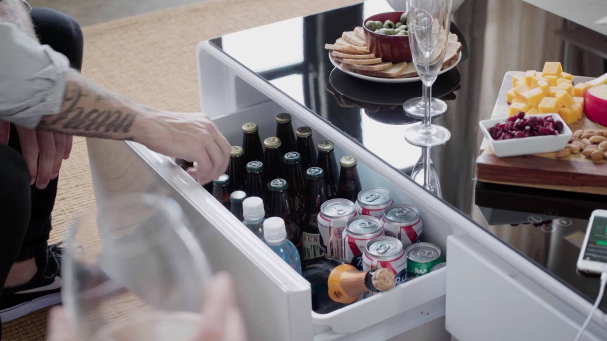 Das Smartphone aufladen und dabei ein kühles Getränk genießen? Mit dem Sobro-Couchtisch musst Du dafür nicht mal aufstehen.