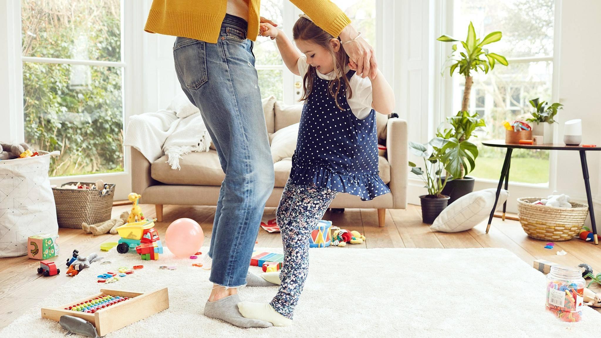 Zeit zum Tanzen: Mama und Tochter wagen große Schritte, Google Home liefert den passenden Sound.