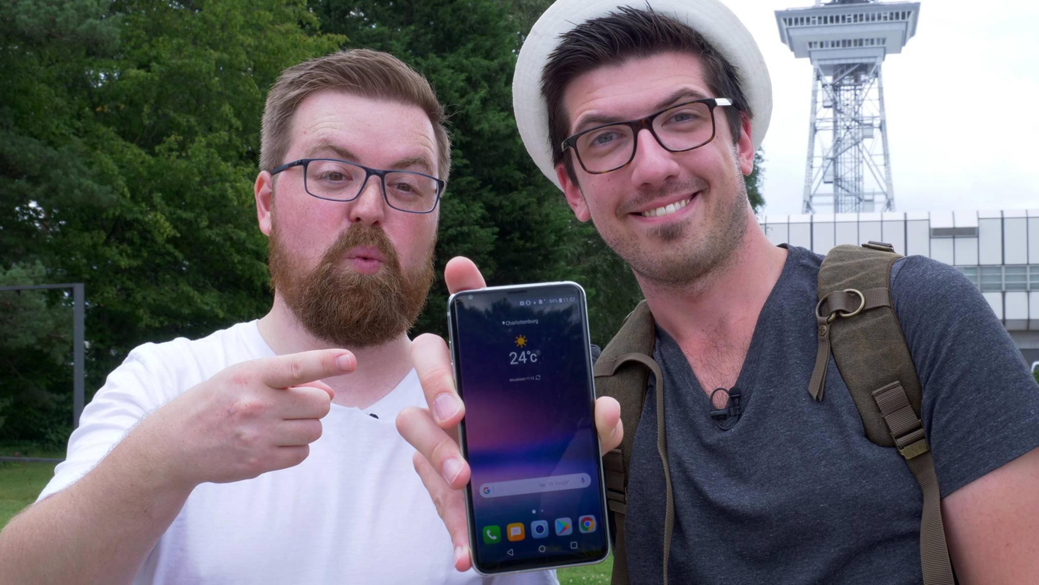 Jens und Alex halten das Smartphone-Highlight der IFA 2017 in ihren Händen: Das LG V30.