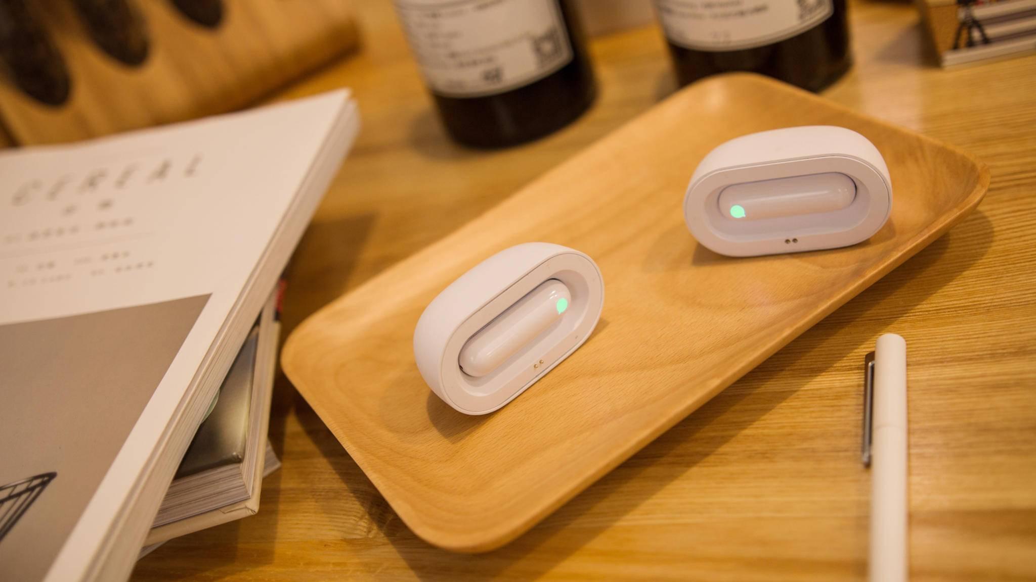 Das aktiviert die In-Ear-Kopfhörer und lässt sie leuchten.