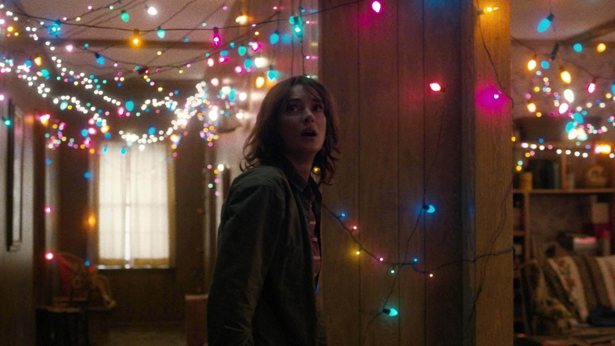 """Nur ein Highlight aus Staffel 1 von """"Stranger Things"""": Joyces Lichterkommunikation mit dem verschwundenen Will."""