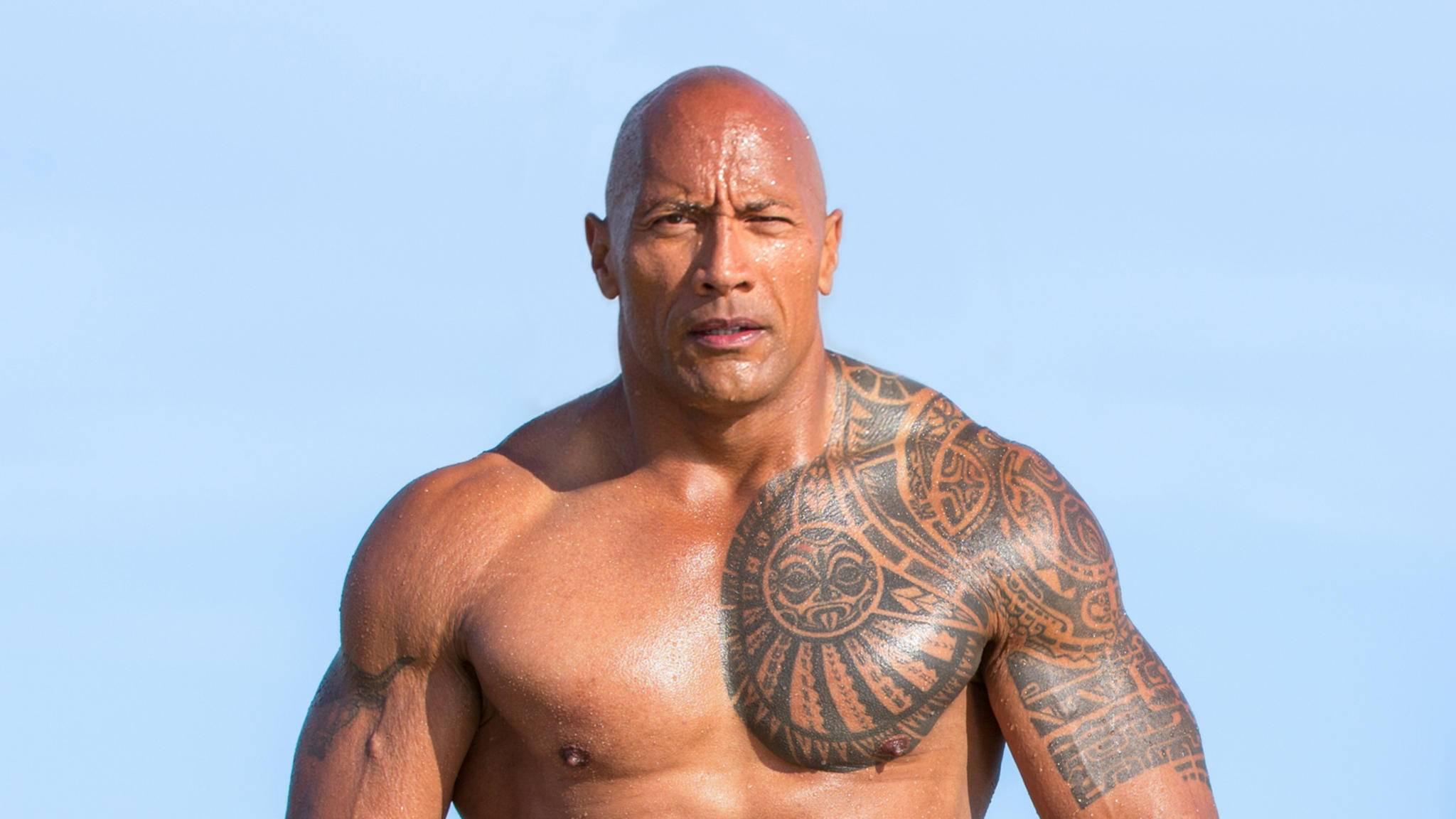 """Dwayne """"The Rock"""" Johnson steht zu seiner Rolle in """"Baywatch""""."""