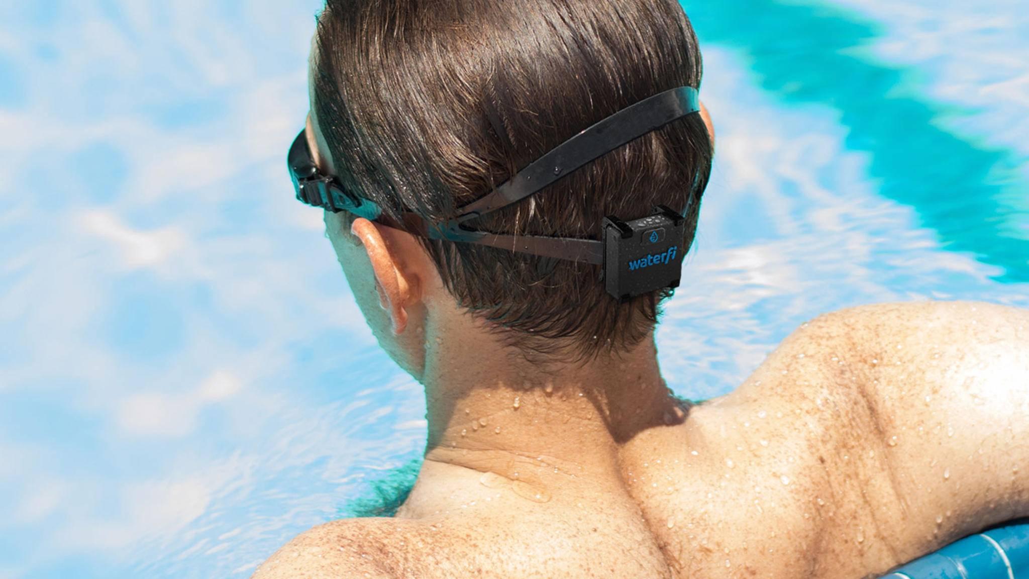 Ein kleines Gadget am Hinterkopf soll Schwimmern den Fitness-Tracker am Handgelenk ersetzen.