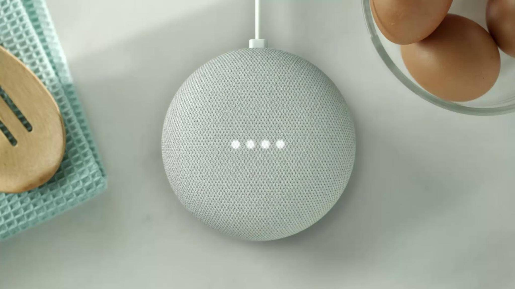 Der Google Home Mini ist klein und kompakt.