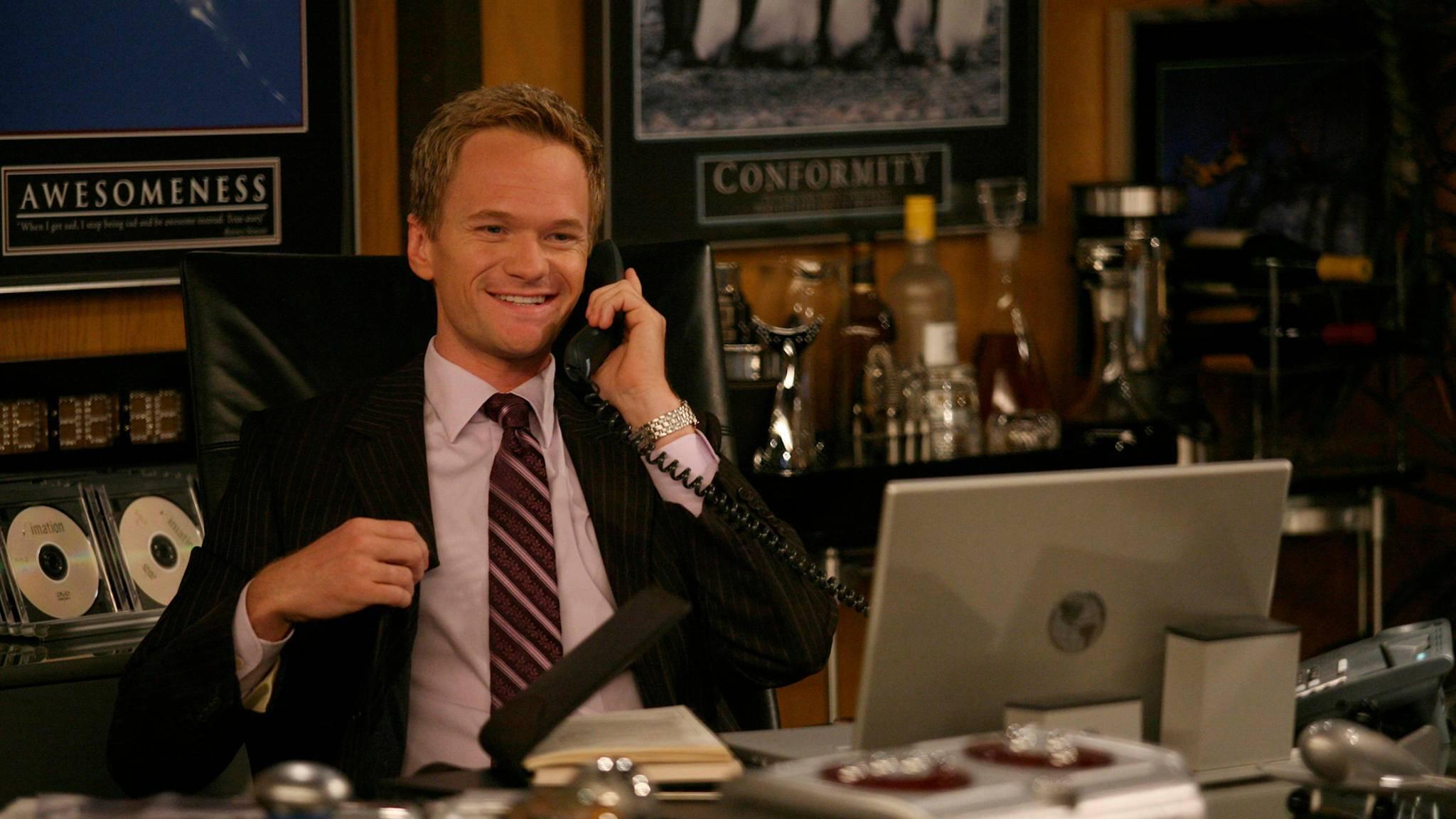 Anzüge und willige Damen bescheren Barney Stinson (Neil Patrick Harris) gute Laune.
