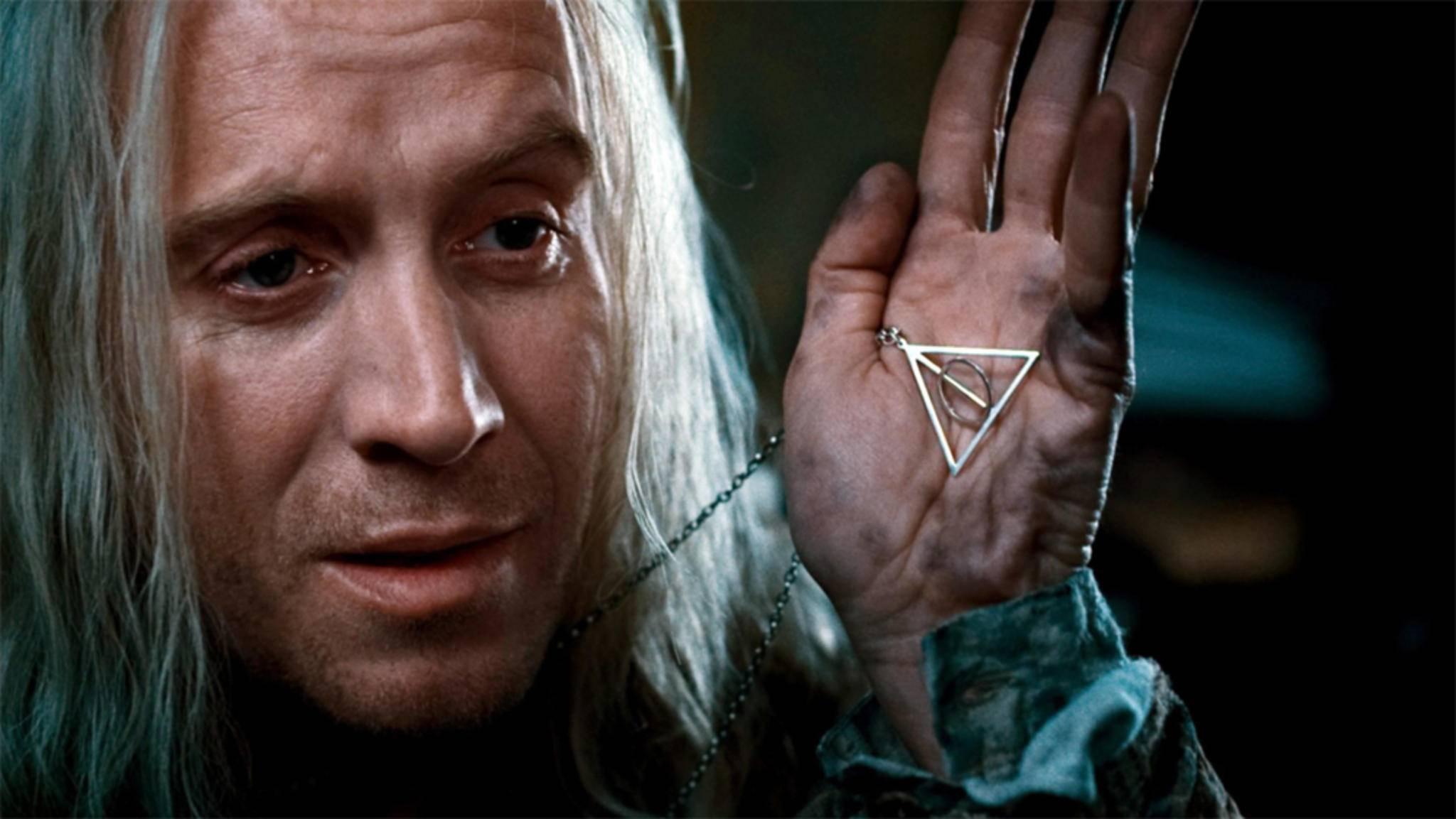 Lunas Vater Xenophilius Lovegood (Rhys Ifans) trägt das Symbol der Heiligtümer des Todes um den Hals.
