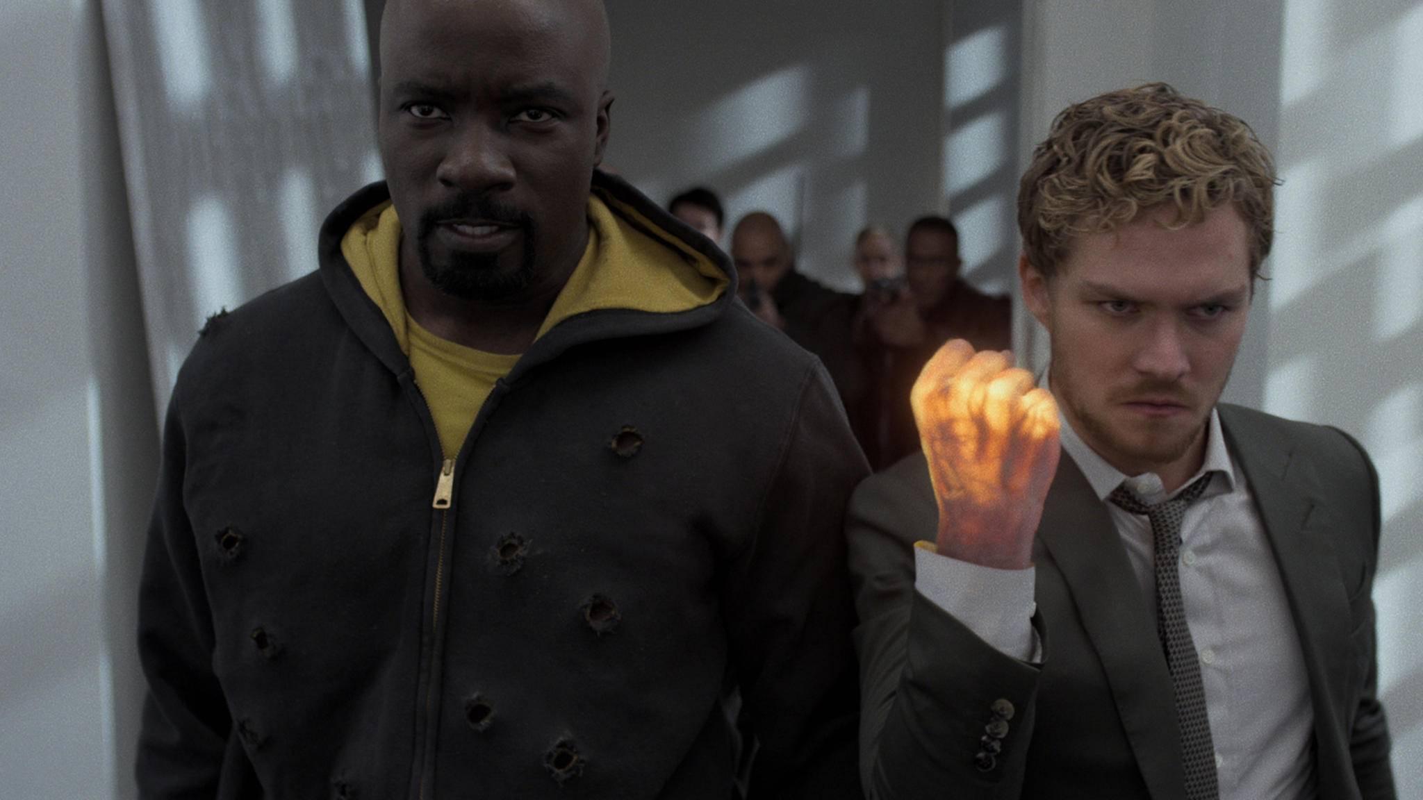 """Sie können nicht mit, aber auch nicht ohne einander: Iron Fist besucht seinen """"Defenders""""-Kollegen in """"Luke Cage""""."""