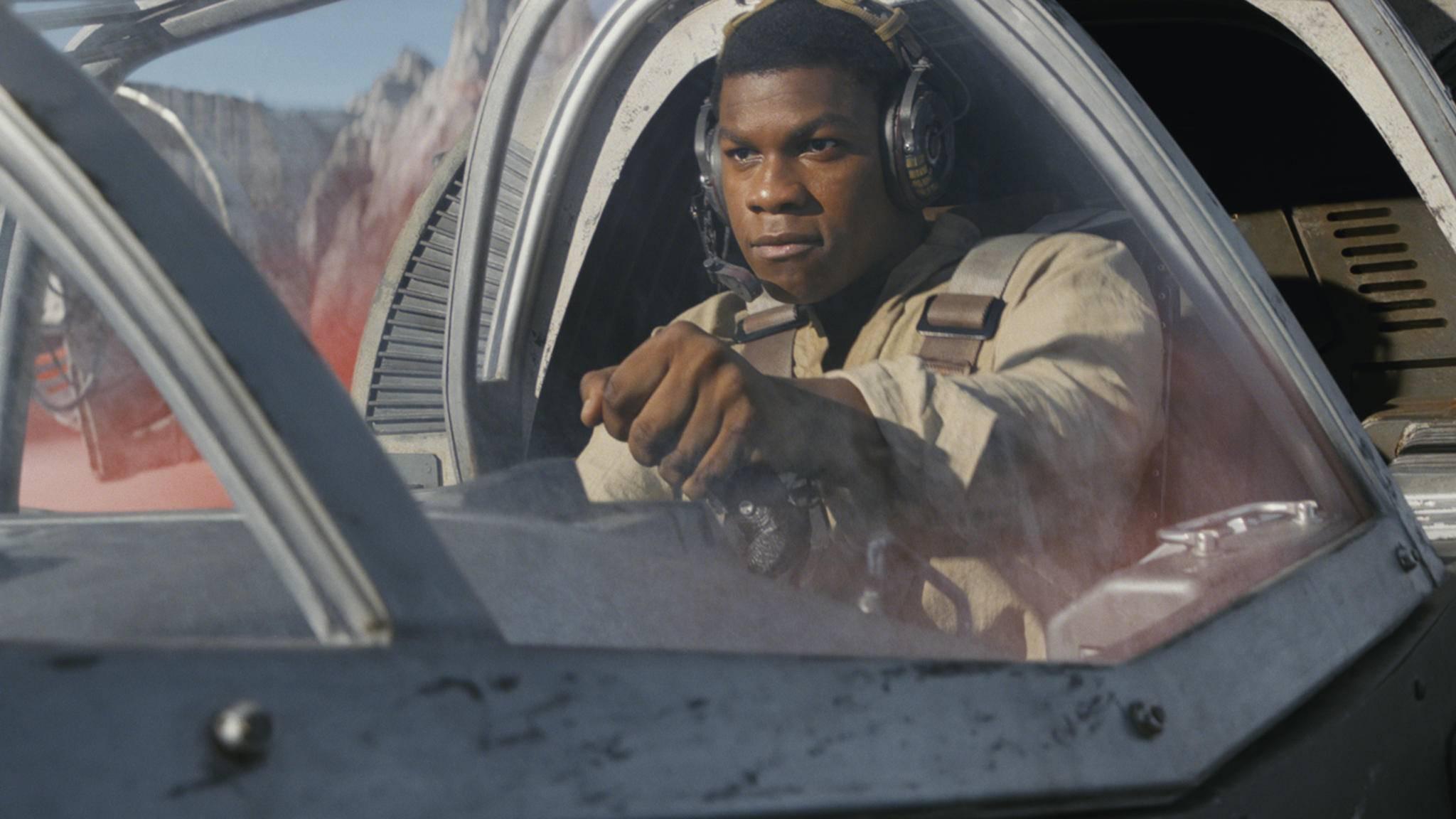 """Im neuen """"Star Wars: Die letzten Jedi""""-Teaser jagt Finn ein paar Raumjäger in die Luft."""