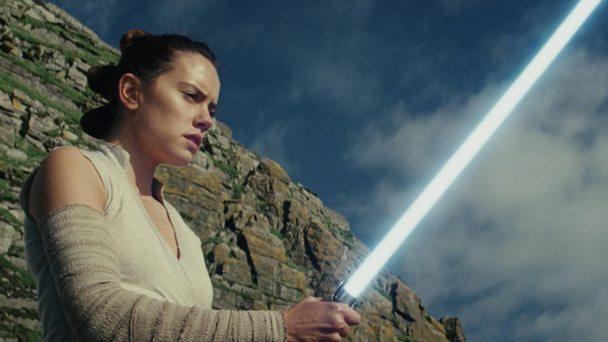 Rey nutzt das blaue Lichtschwert von Luke Skywalker und Anakin Skywalker.