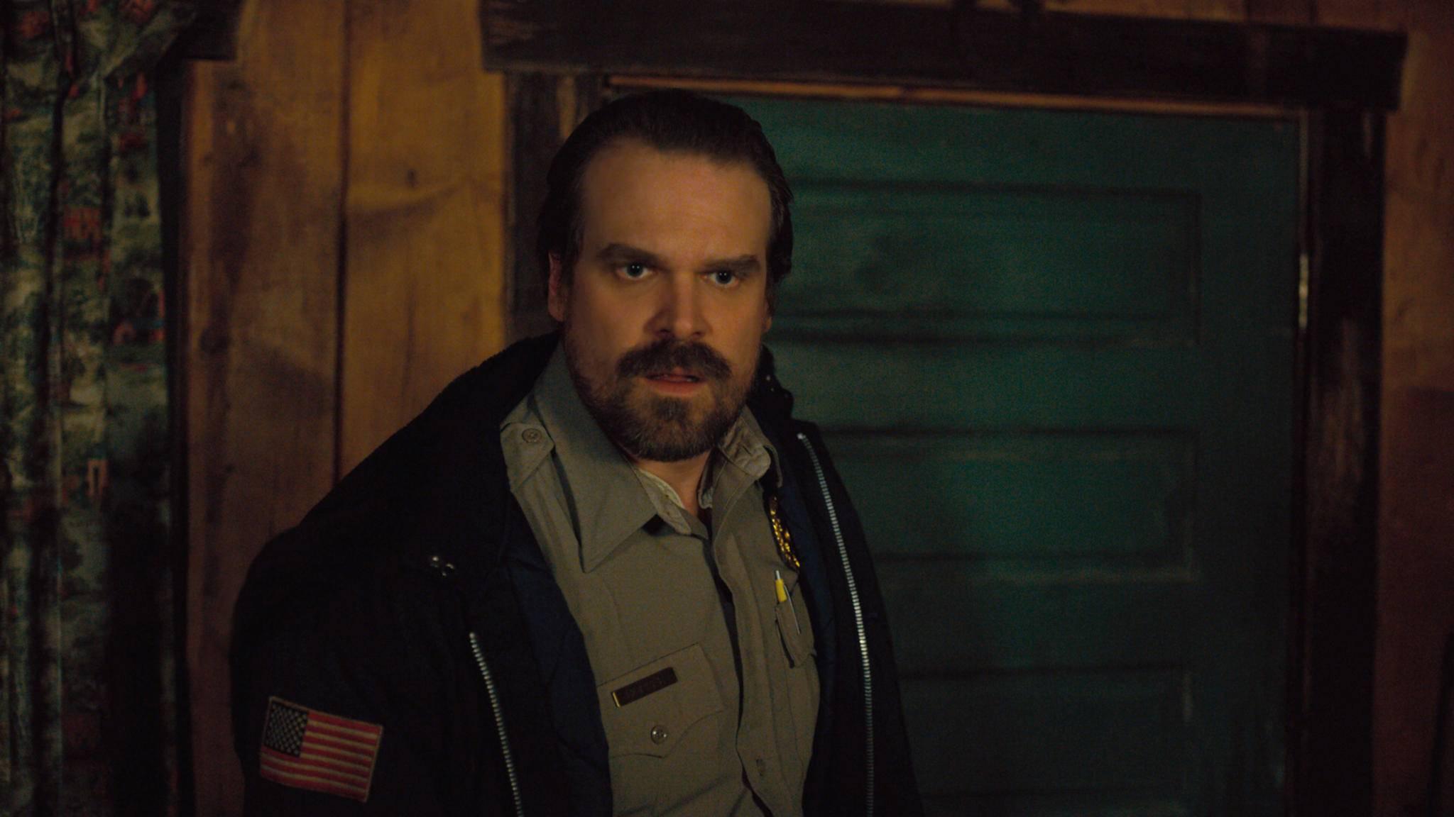 """Do the Hopper! Der """"Stranger Things""""-Officer hat einen echten Internet-Hit geschaffen."""
