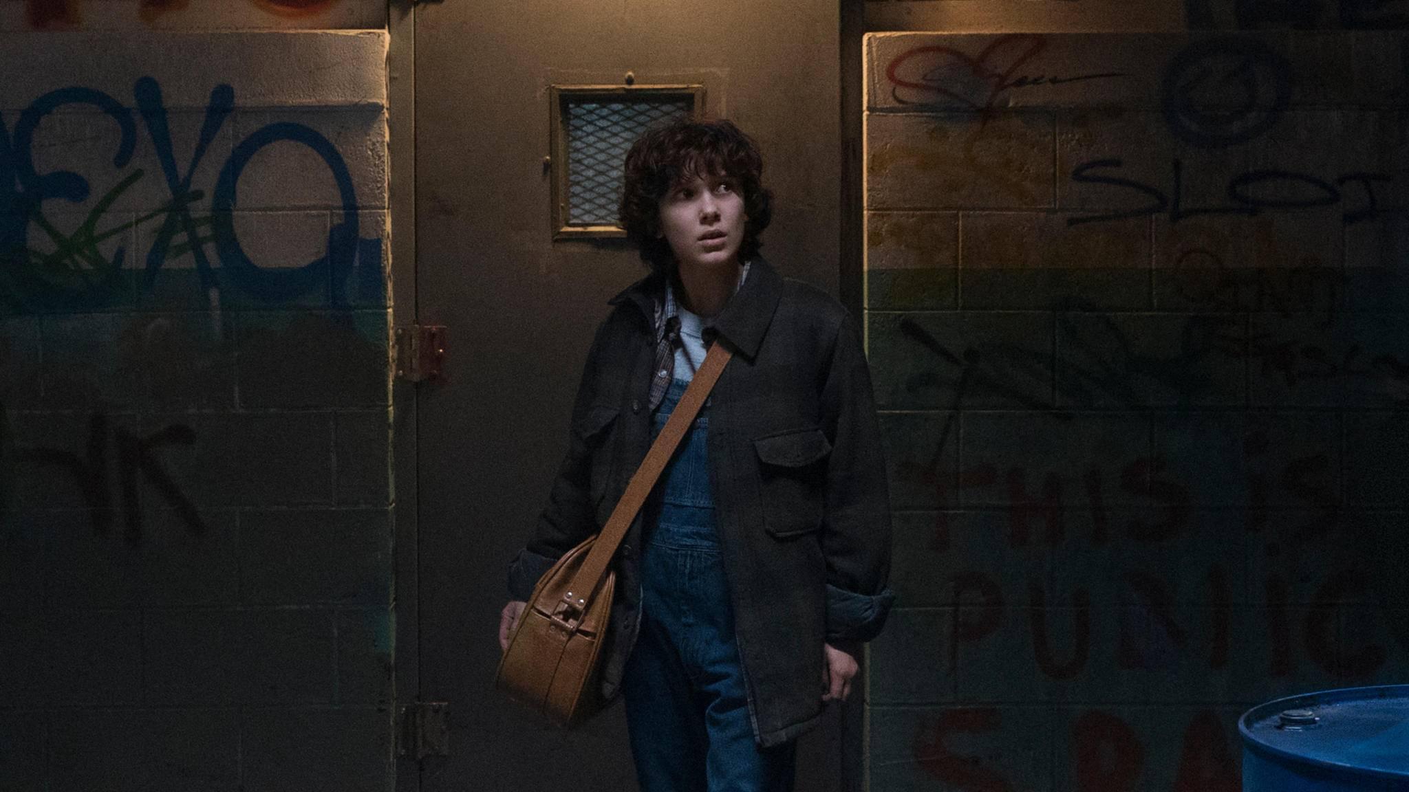 """Elfi verschlägt es in Episode 7 der zweiten Staffel von """"Stranger Things"""" in die düstere Großstadt."""