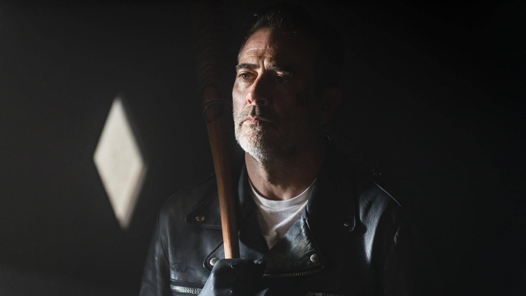"""Negan sorgt auch in den Drehpausen von Staffel 8 für Angst und Schrecken unter seinen """"The Walking Dead""""-Kollegen."""