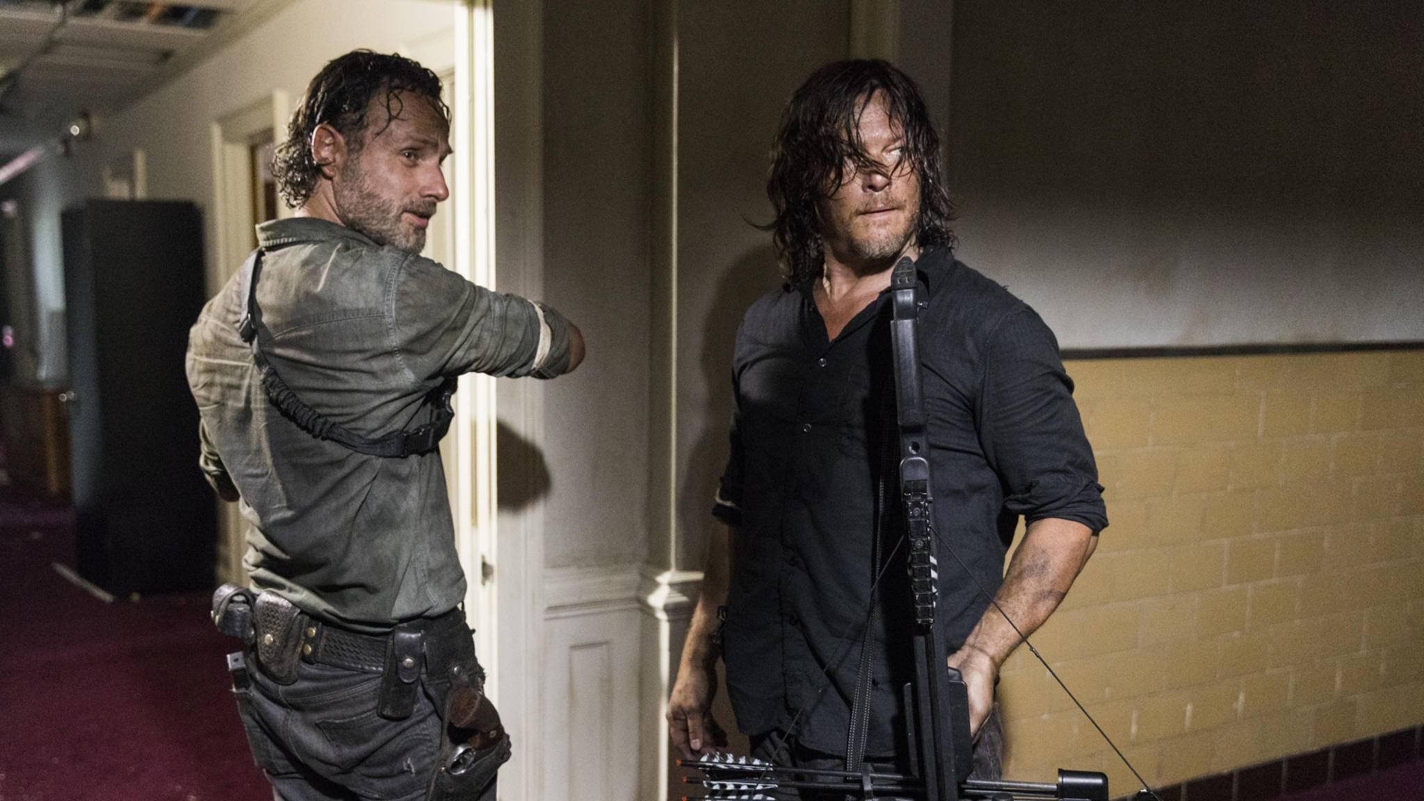 Rick und Daryl suchen nach Waffen.